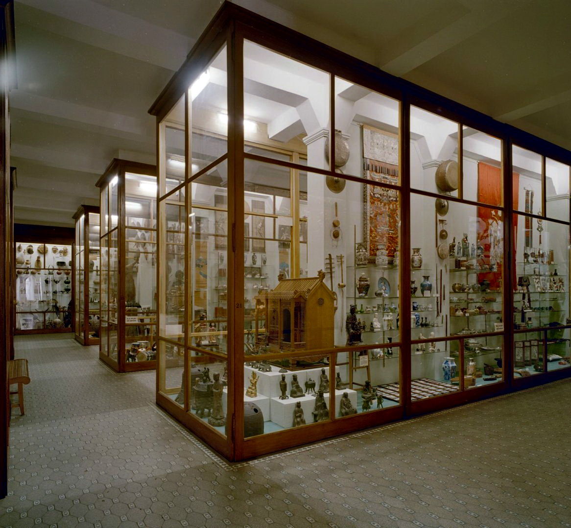File interieur missiemuseum zaal met glazen vitrinekasten for Interieur wikipedia