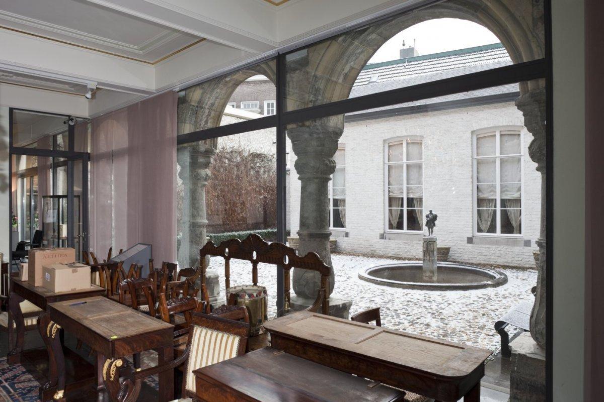 fileinterieur spaans gouvernement thans museum zicht op de binnenplaats door glazen