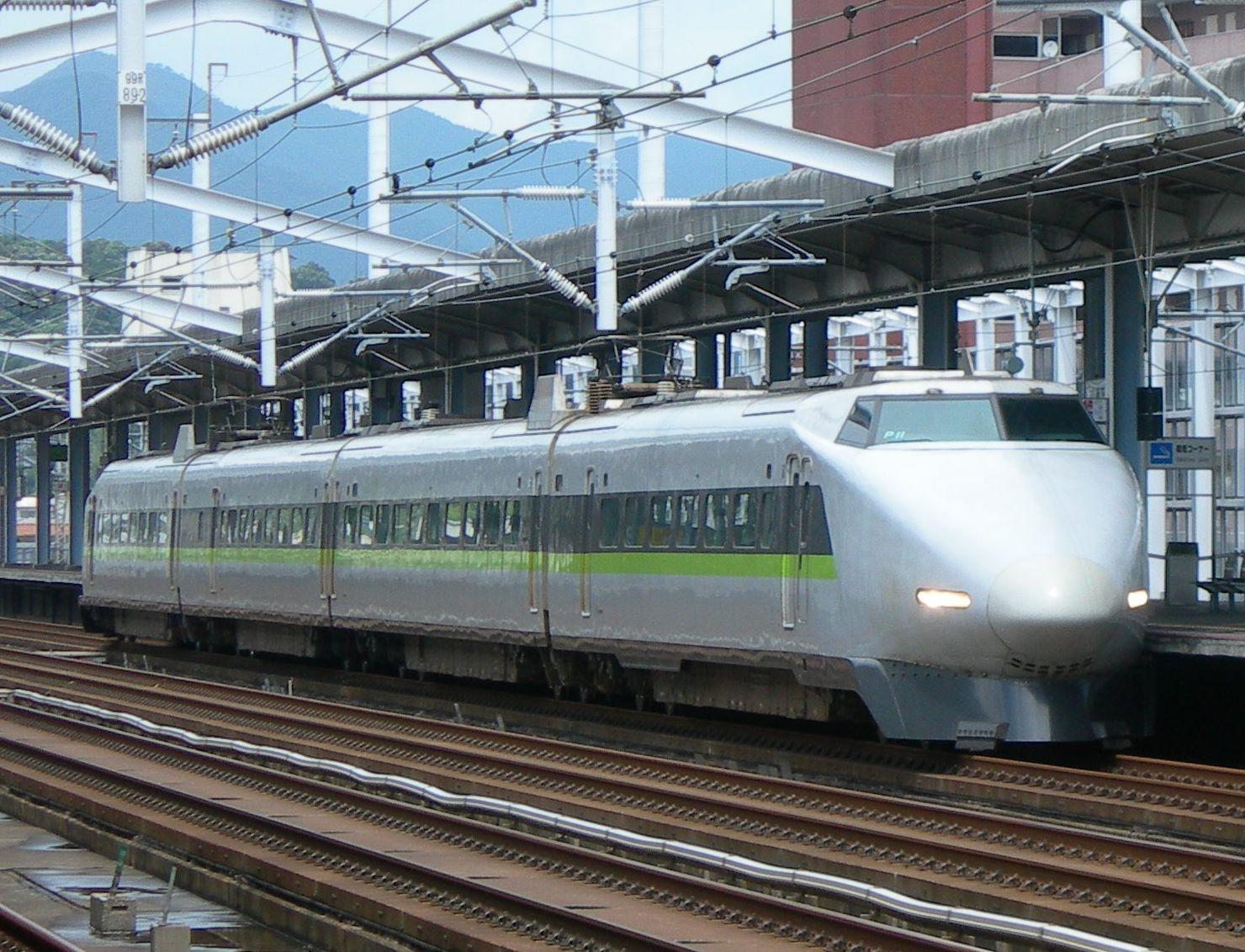 https://upload.wikimedia.org/wikipedia/commons/f/f4/JRWest_Shinkansen_Series_100_P11.jpg