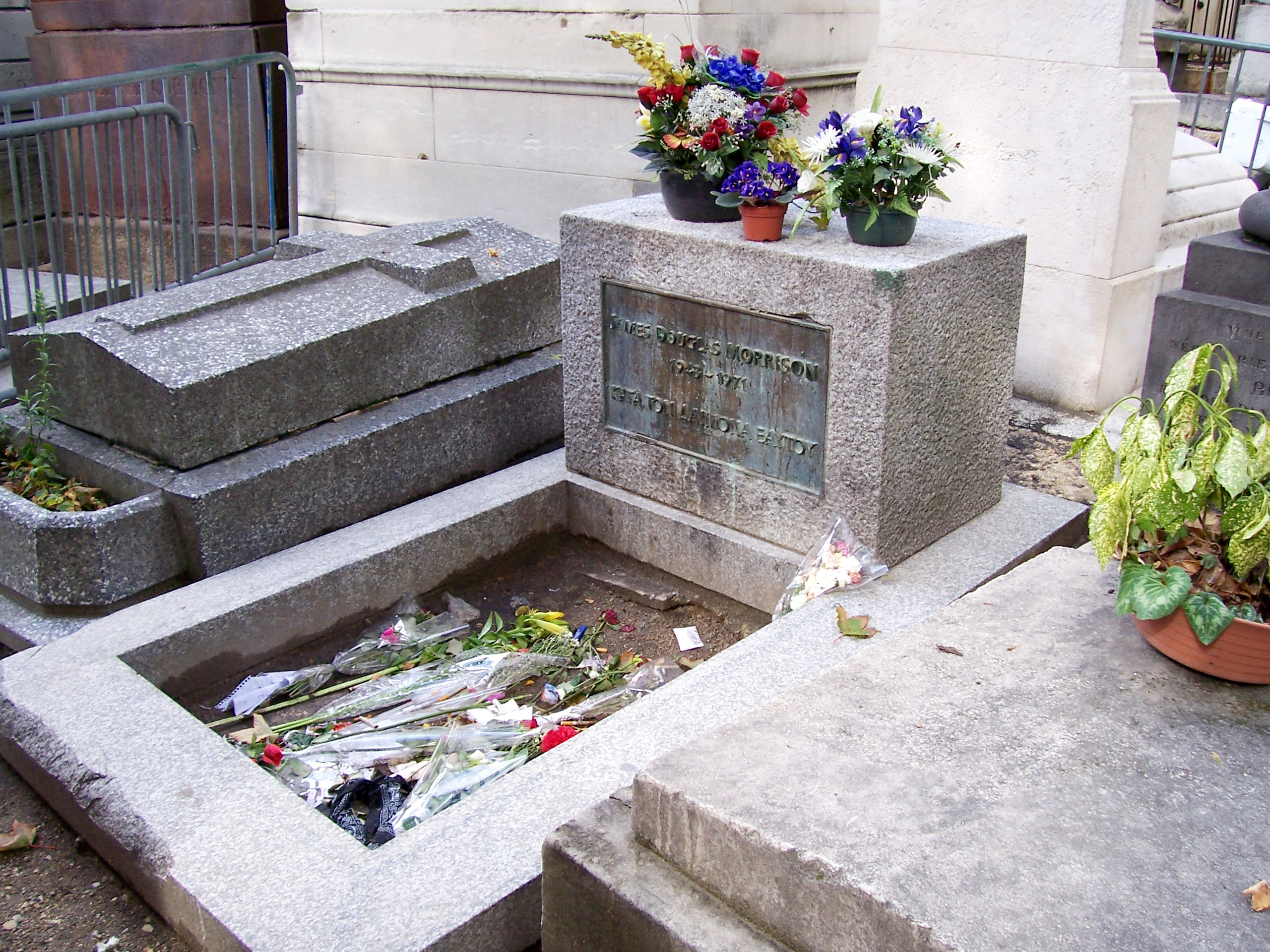 Description Jim-Morrison Pere Lachaise 2.jpg