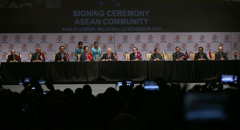 ASEAN leaders sign the declaration of the ASEAN Economic Community during the 27th ASEAN Summit in Kuala Lumpur, 2015
