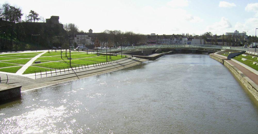 Le fleuve La Vire dans la ville de Saint-Lô avec la vue sur la plage verte et les remparts de la ville
