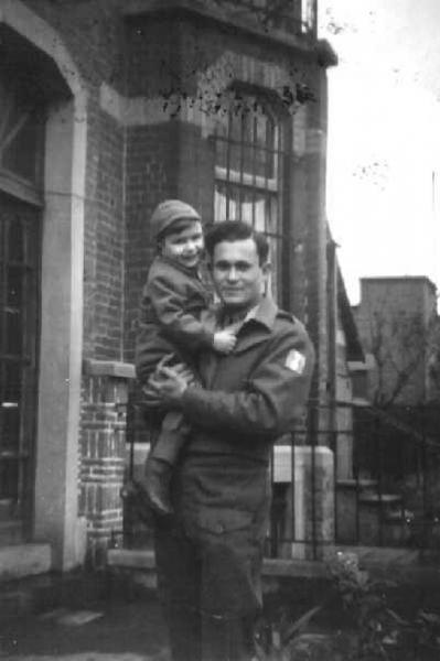 ילד בזרועות איש בריגדה