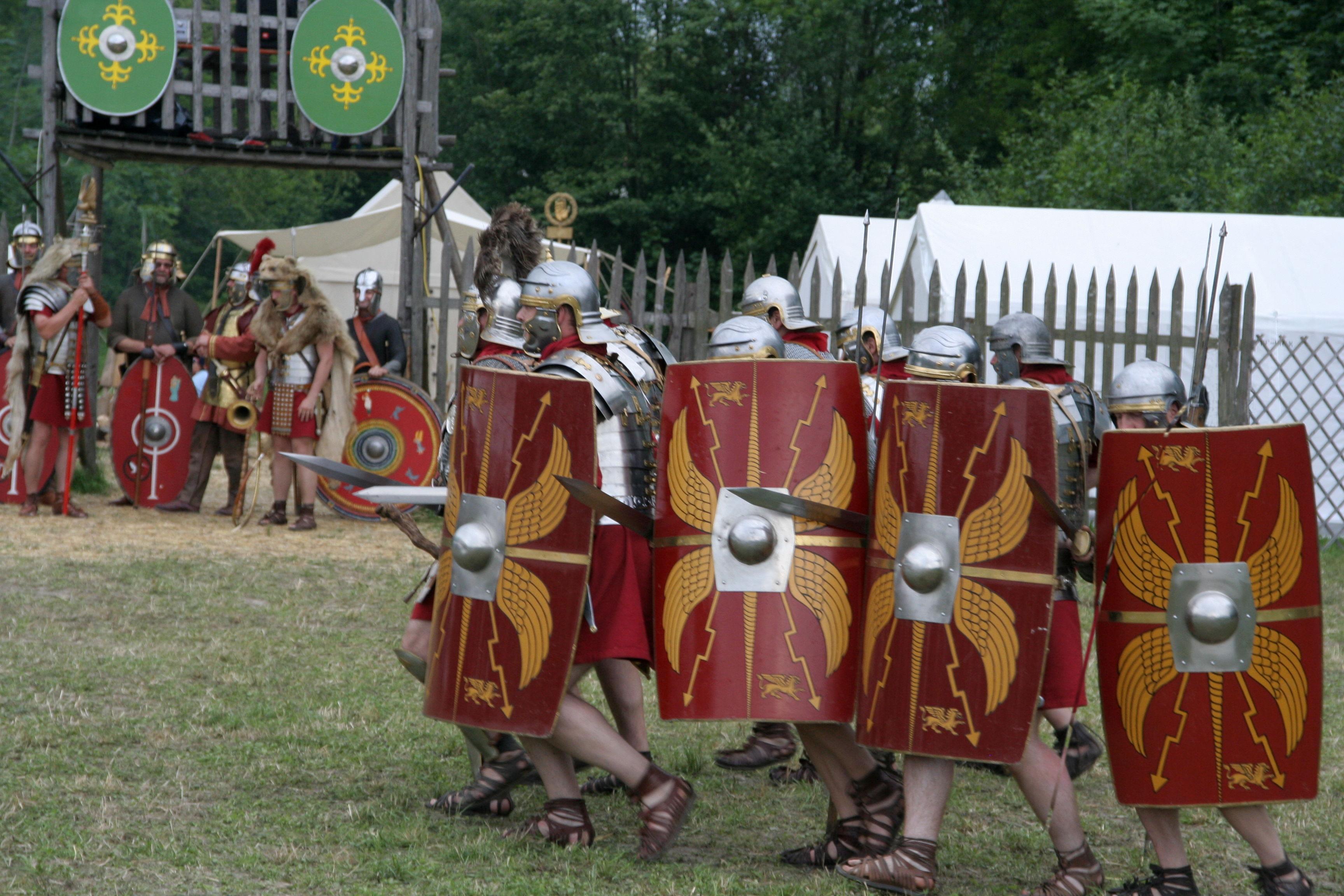 Unos actores de Pram (Austria) representando el avance de una legión romana en posición de ataque.