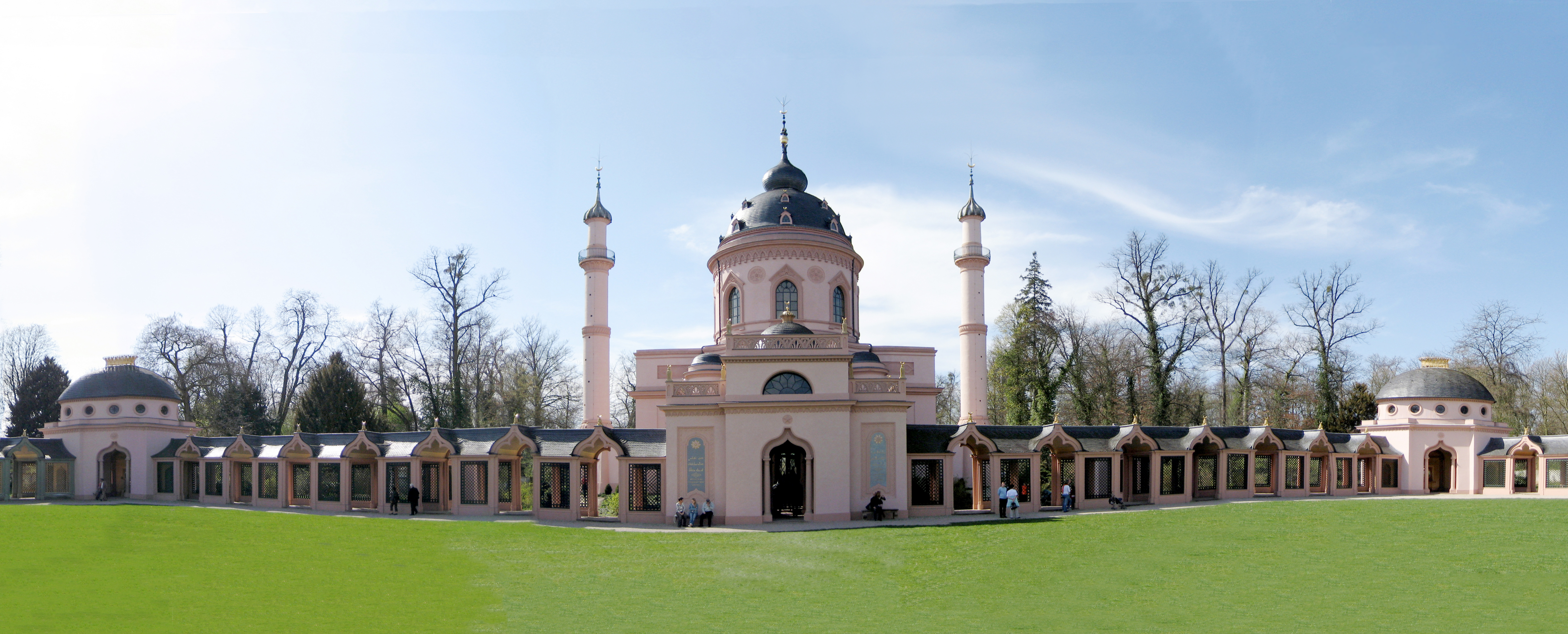 Moschee mit Wandelgängen. (Quelle Andree Stephan via Wikimedia Commons, CC-BY-SA 3.0)