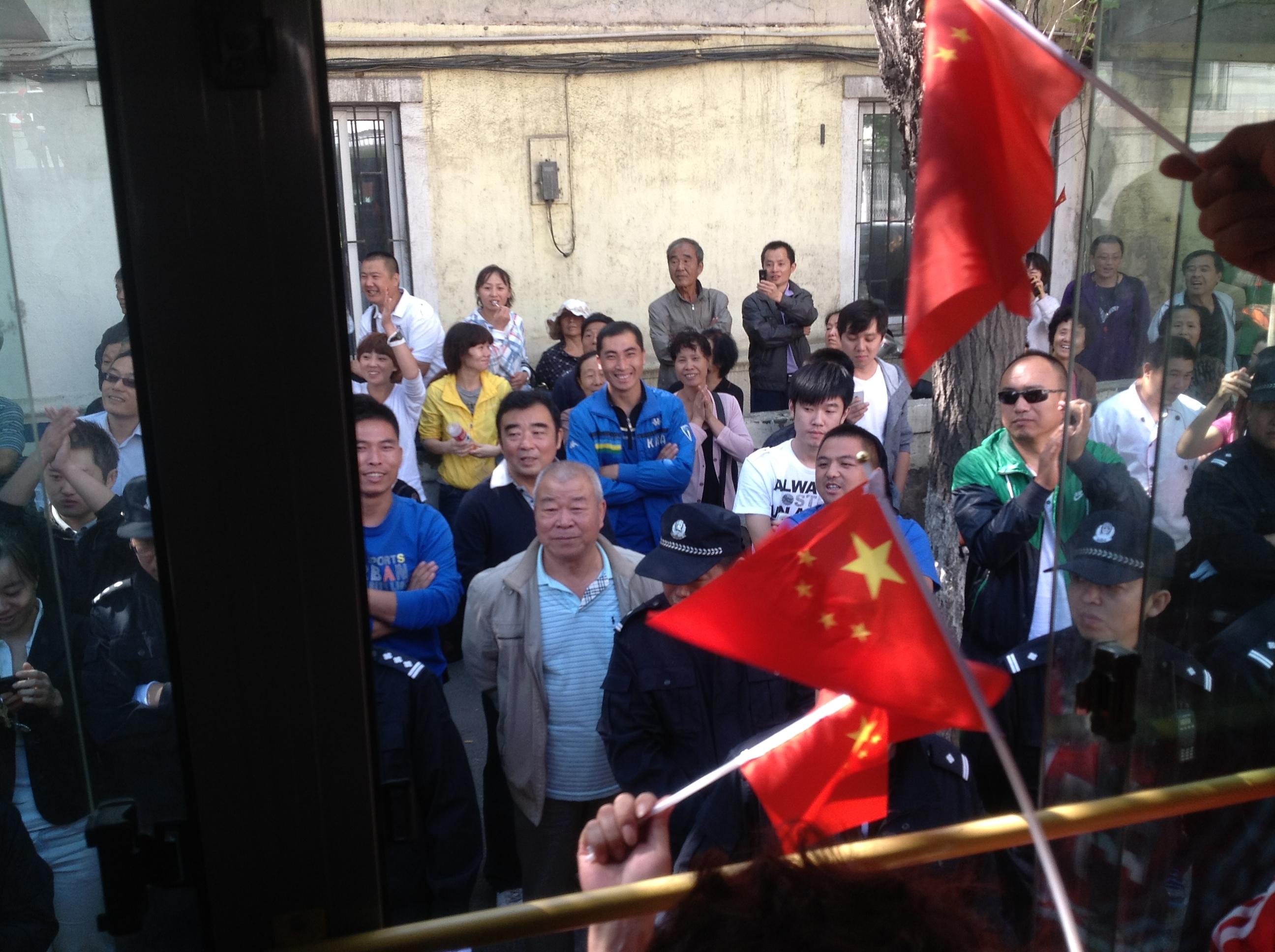 遊行公交外的圍觀群眾和警察