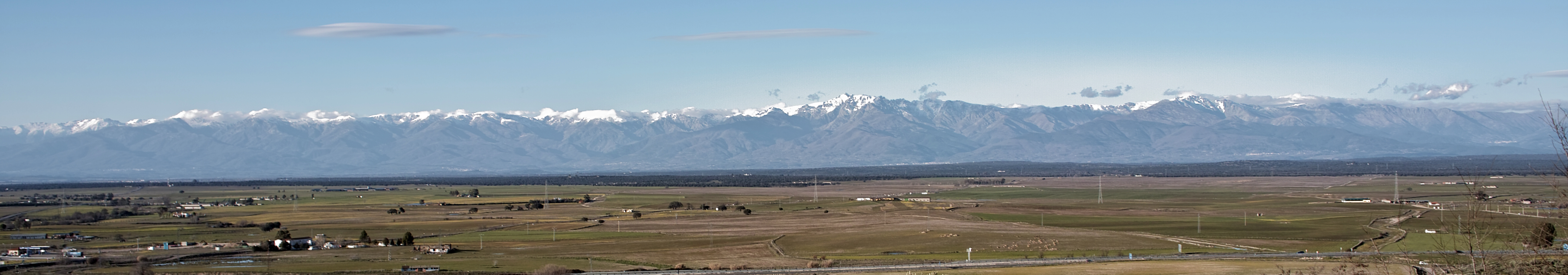 Image: The South face of the Sierra de Gredos mountain range, seen from Oropesa (Toledo). Source: Wikimedia Commons, user: FDV. CC BY-SA 3.0.