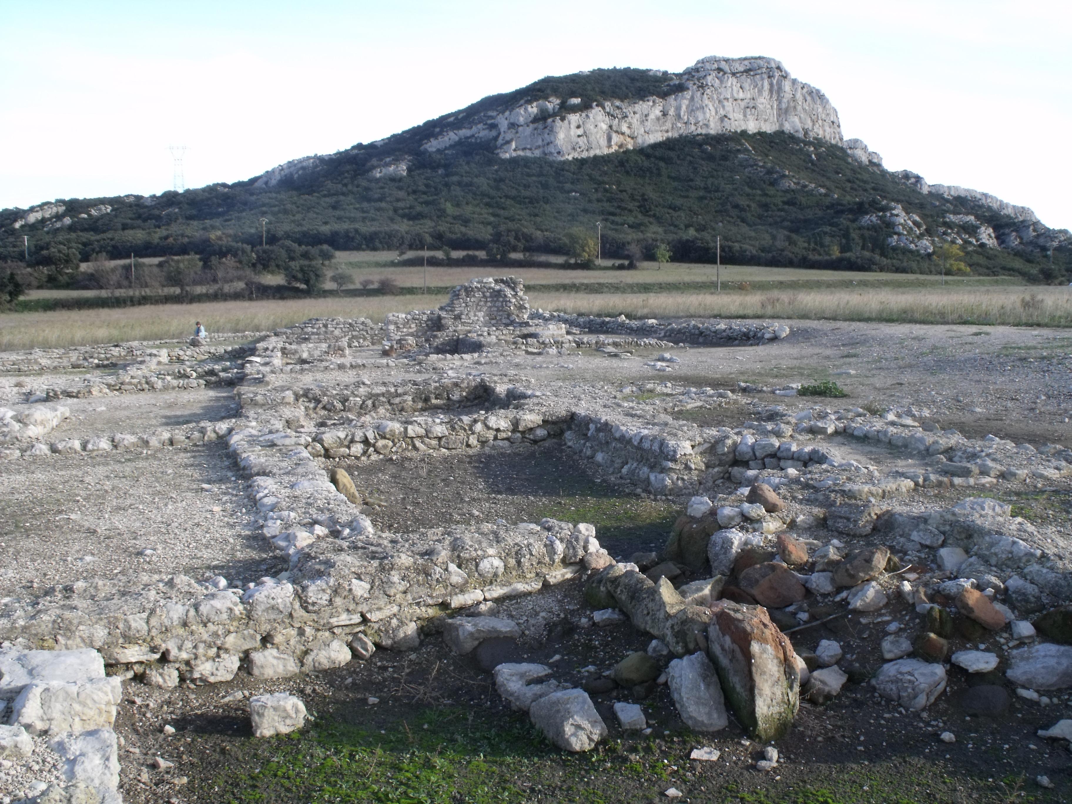Vue générale du site. Au fond, le mont Sainte-Cécile.