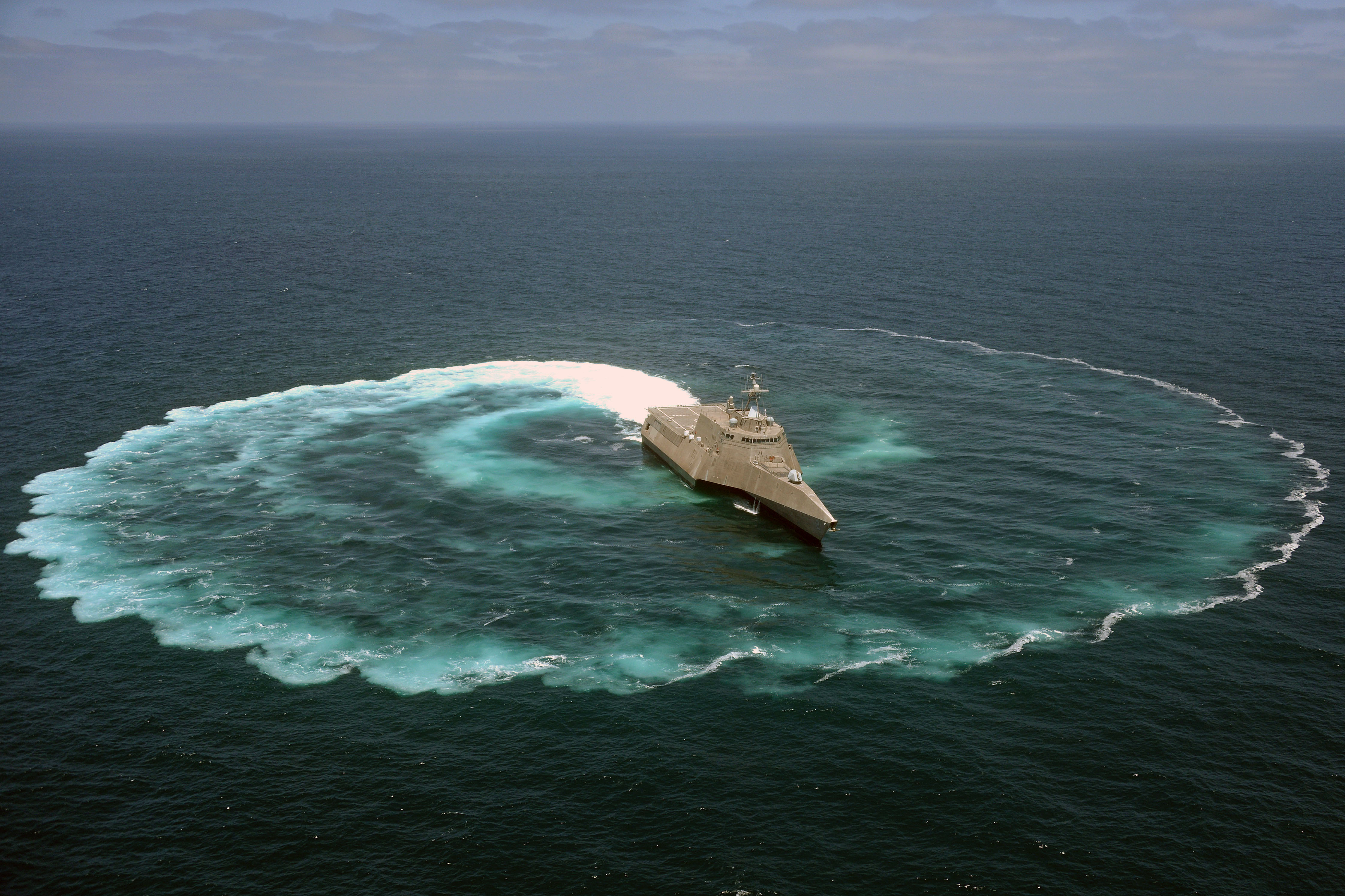 USS_Independence_demonstrates_its_maneuvering_capabilities.jpg
