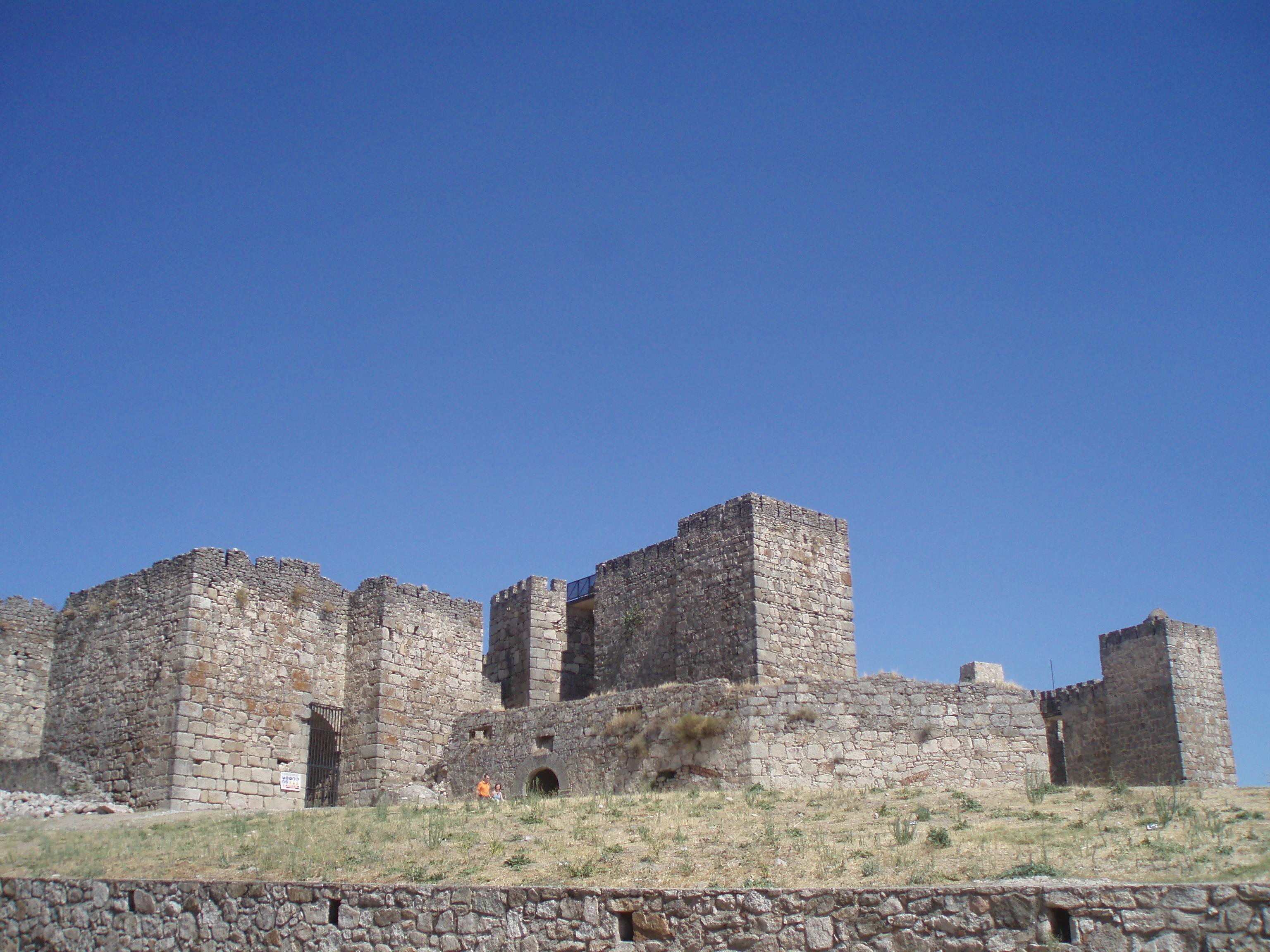 File:Vista de la fachada principal del castillo de Trujillo. (Cáceres).JPG - ...