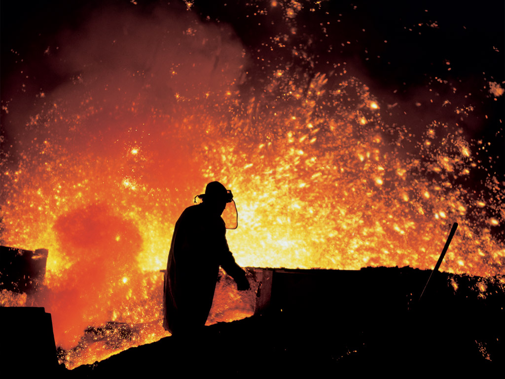 Arbeiter an einem Hochhofen - Quelle: WikiCommons