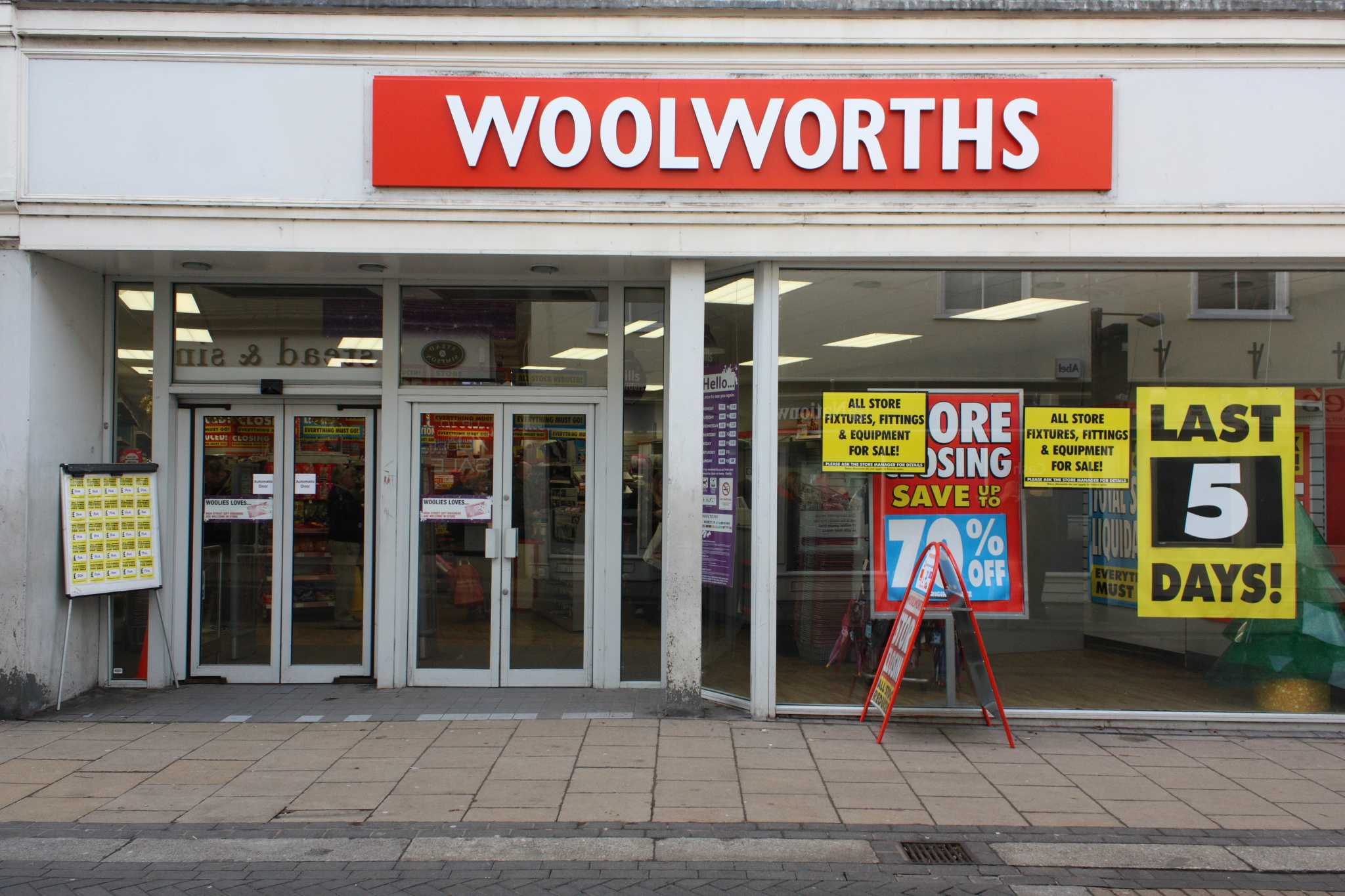 File:Woolworths Diss - Closing Down - Exterior.jpg ...
