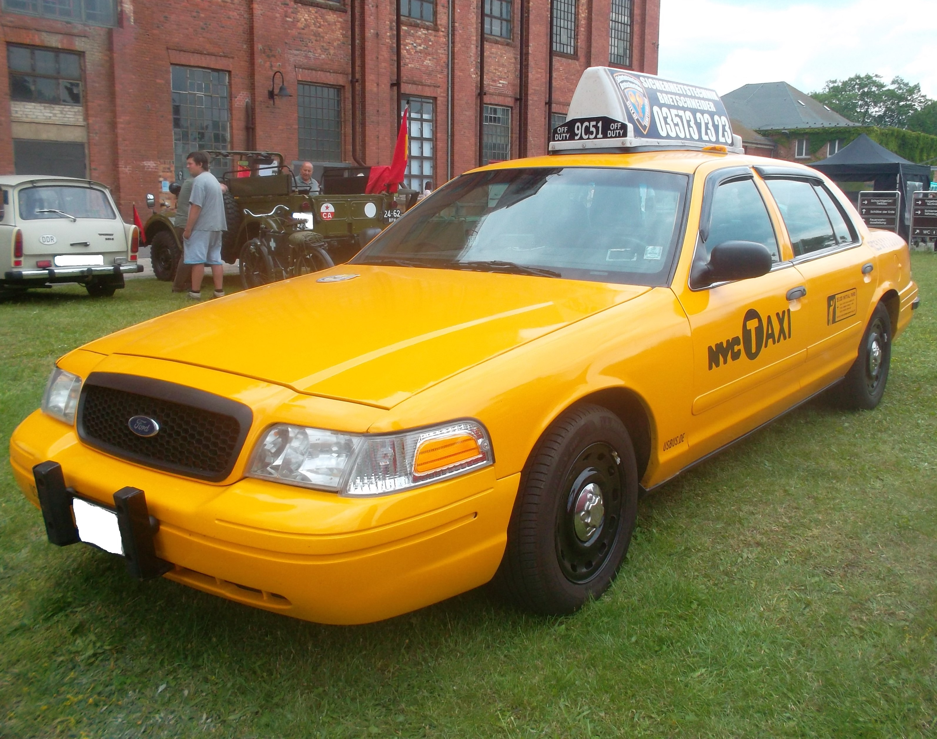 File Yellow Taxi Ford Crown Victoria side 1 Wikimedia mons