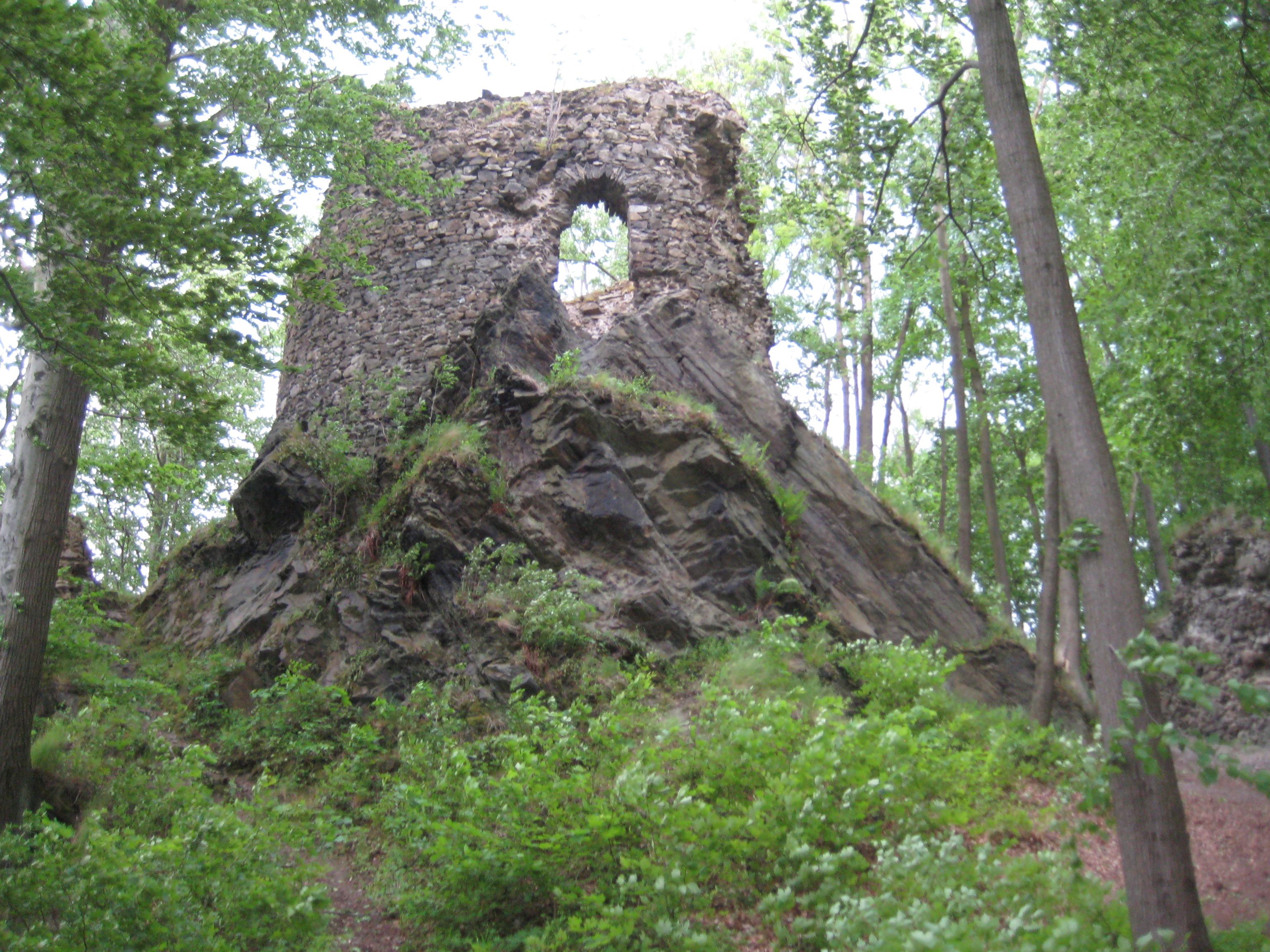 File:Zamek Hamrštejn, ruiny wieży-22.05.2012.JPG - Wikimedia Commons