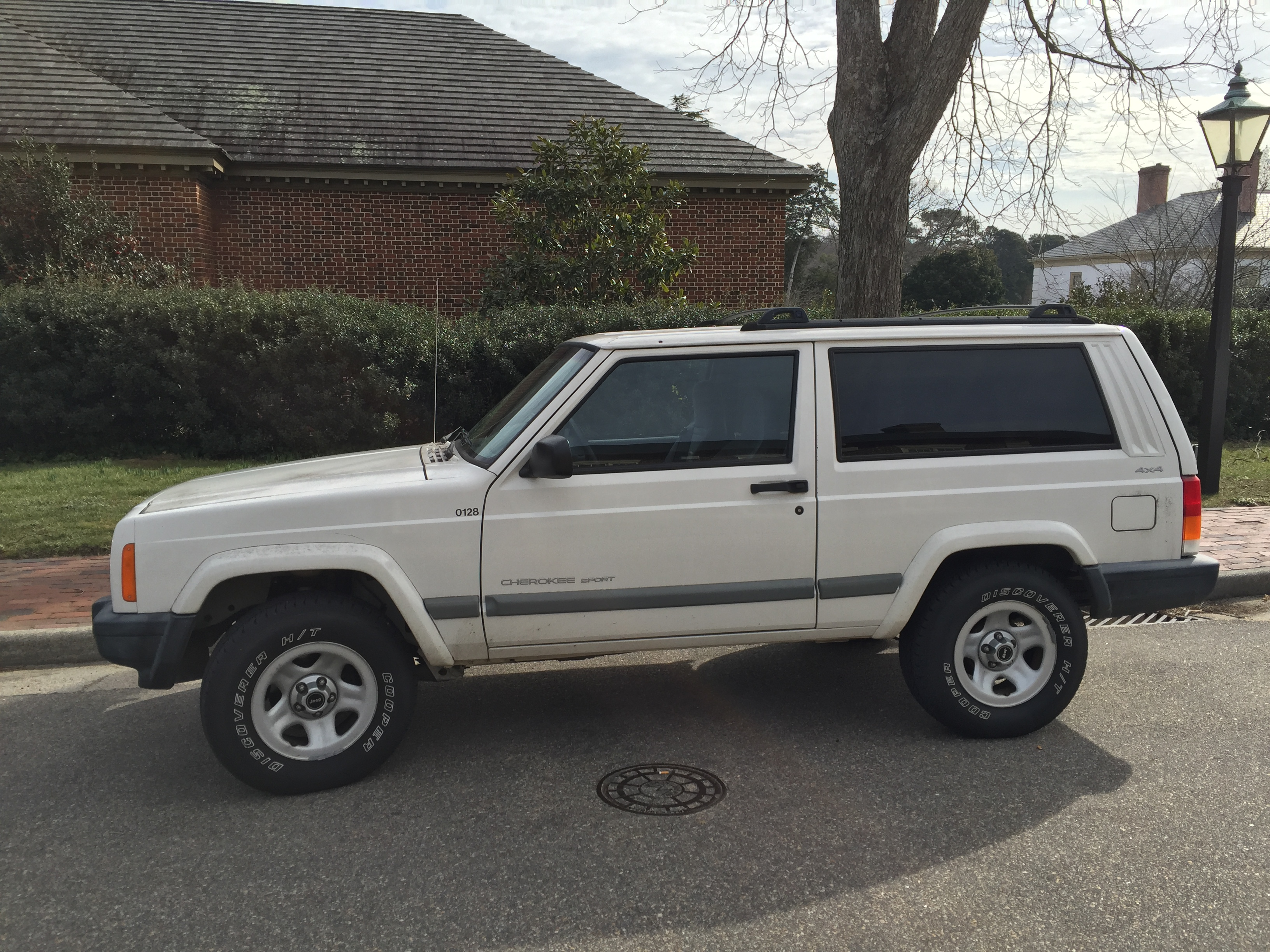File:2001 Jeep Cherokee Sport 2-door white 4of7.jpg ...