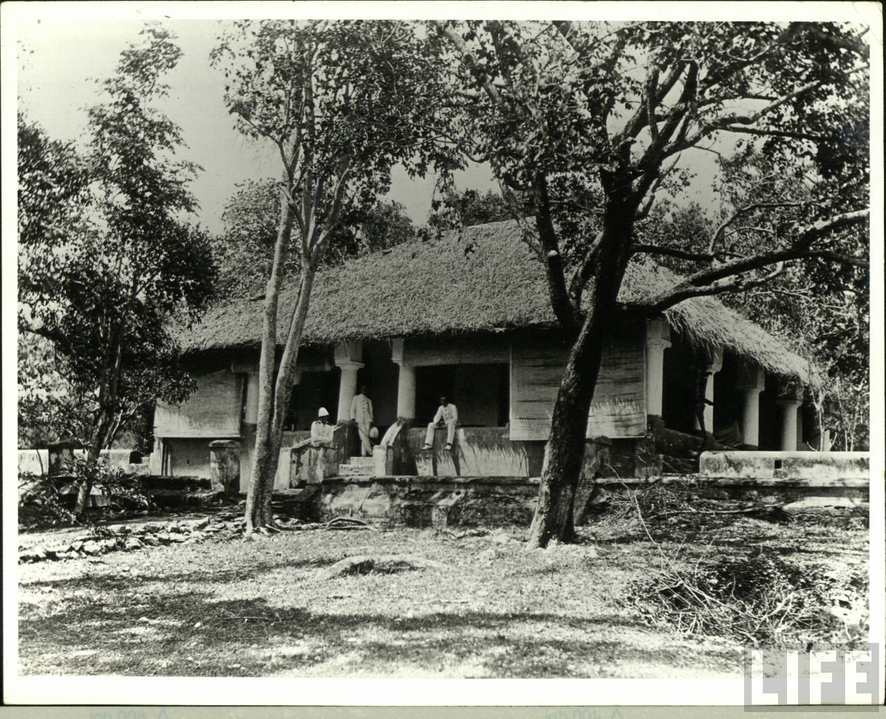 File:A British bungalow in India during the Raj (2) - LIFE.