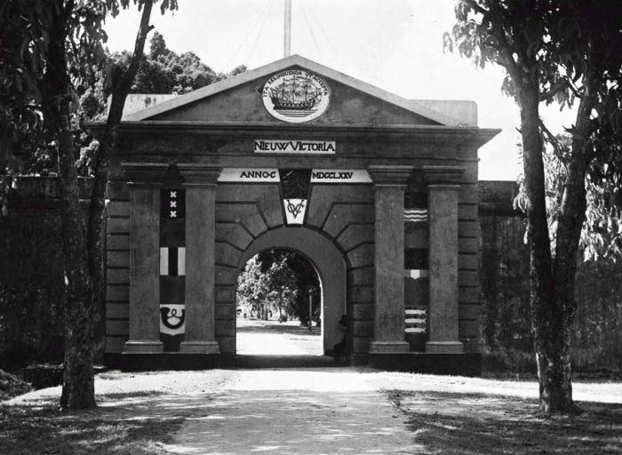 File:COLLECTIE TROPENMUSEUM Waterpoort van het fort Nieuw Victoria TMnr 60018565.jpg