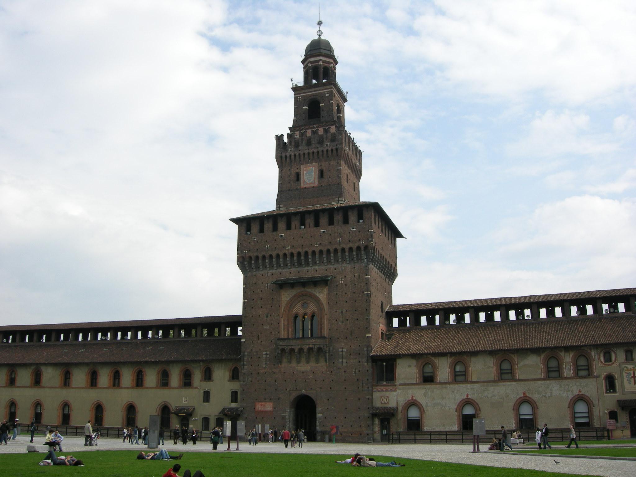 File:Castello Sforzesco (Milan) - Courtyard 00.JPG
