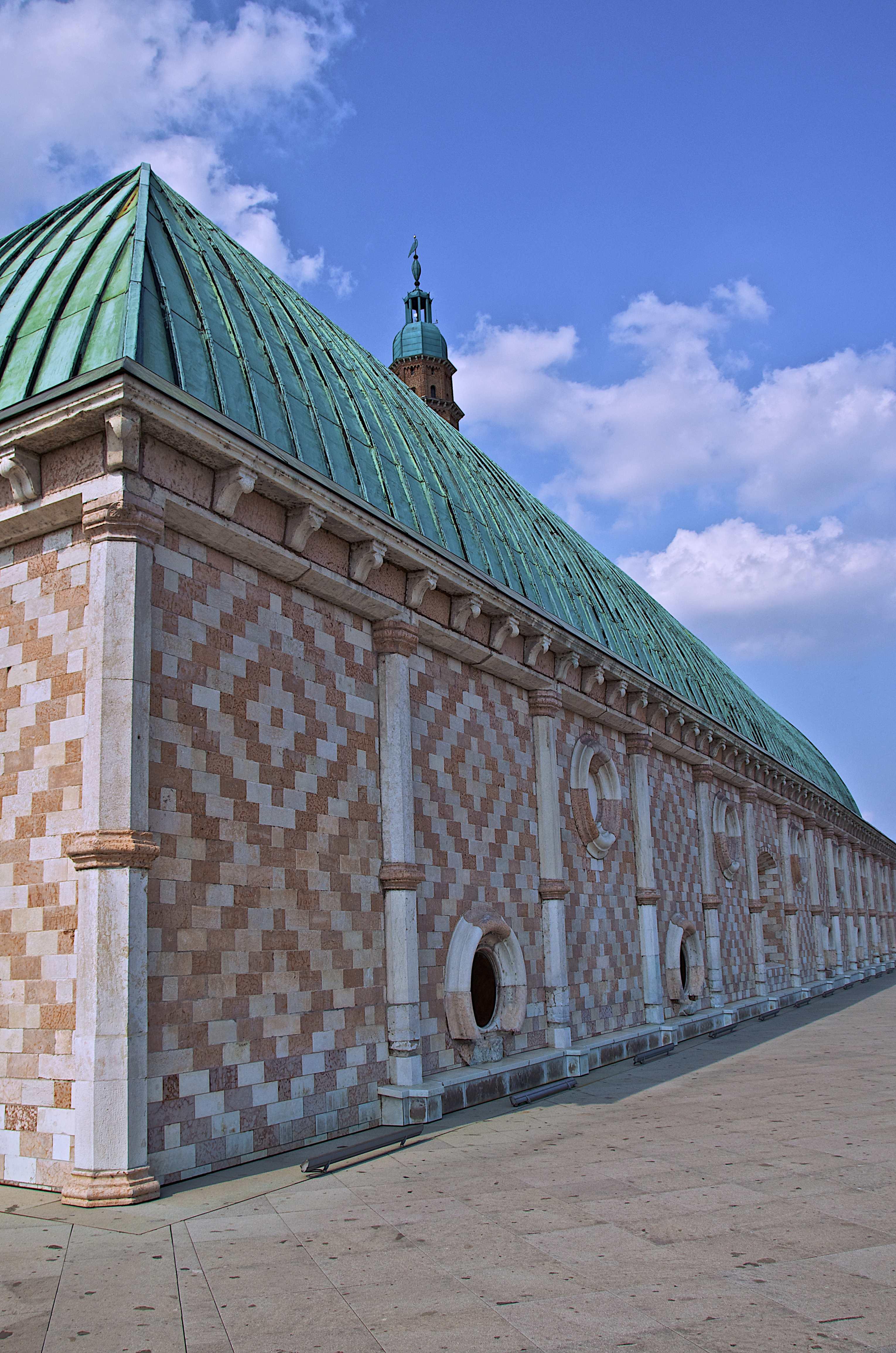 File:Corridoi sulla terrazza della Basilica Palladiana.jpeg ...