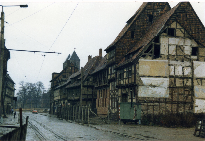 File:Fachwerkhäuser in Halberstadt, DDR-Zeit, 1985.jpg