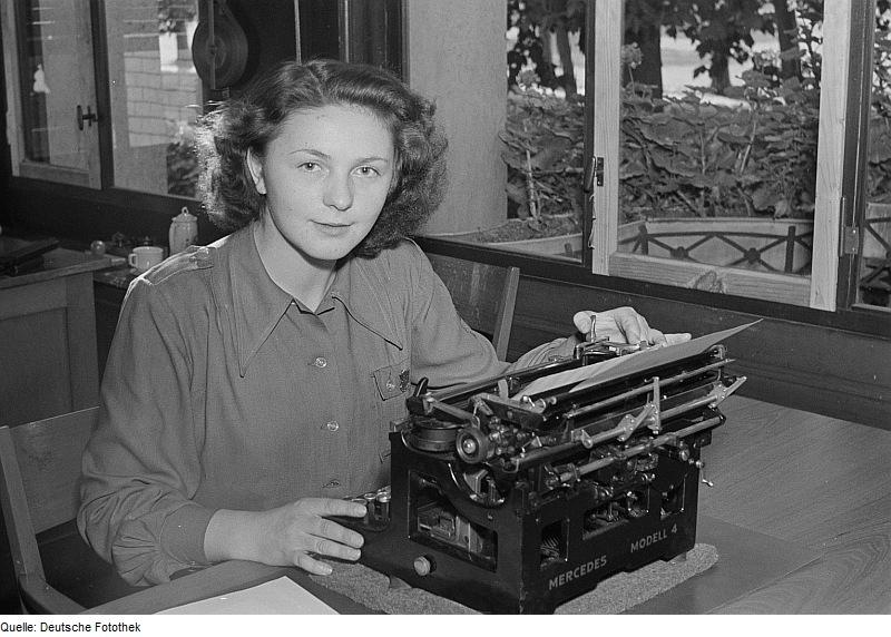 Fotothek df roe-neg 0006196 004 Porträt einer Frau an einer Schreibmaschine