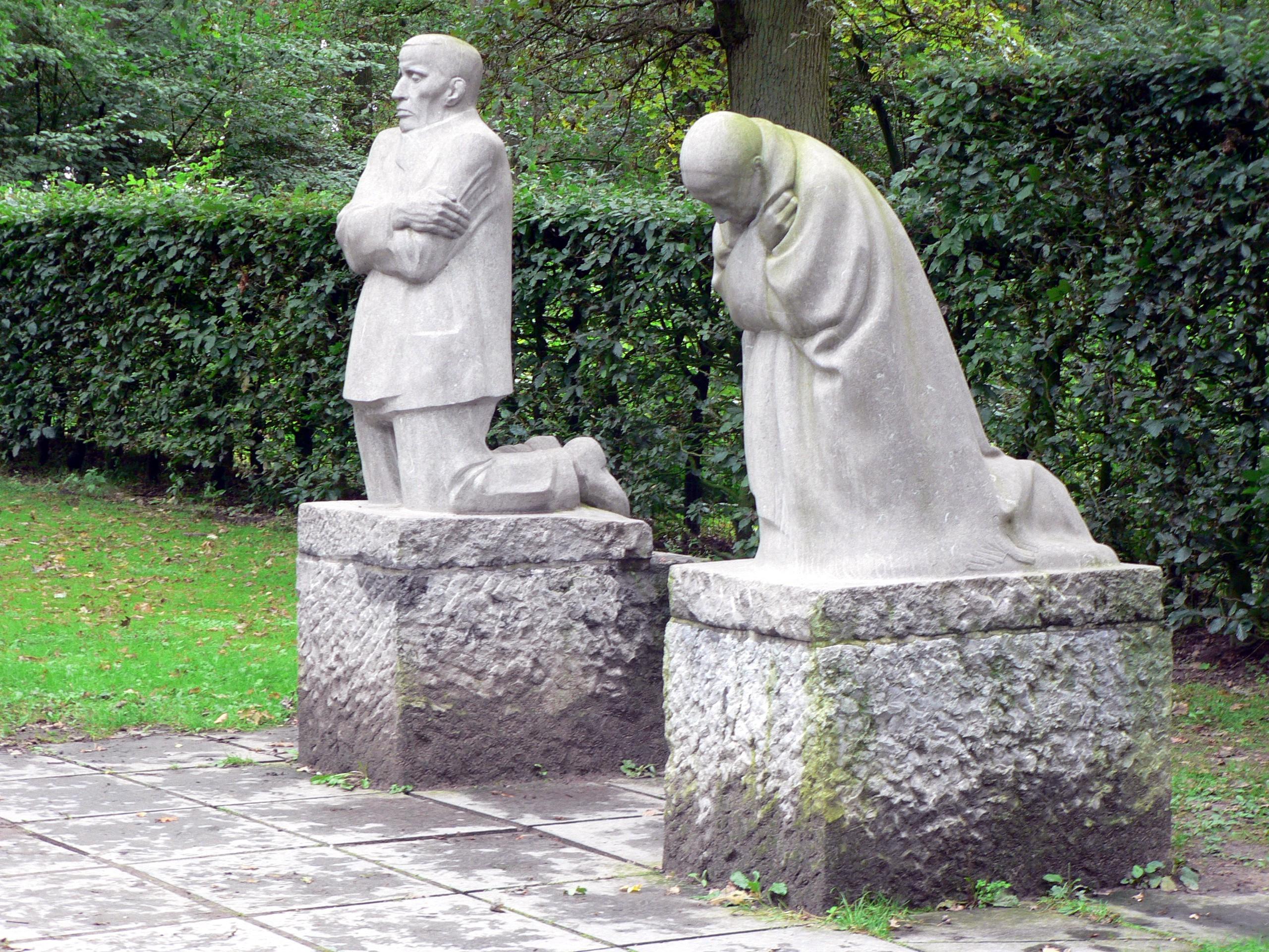 Trauerndes Elternpaar von Käthe Kollwitz (Soldatenfriedhof in Vladslo)