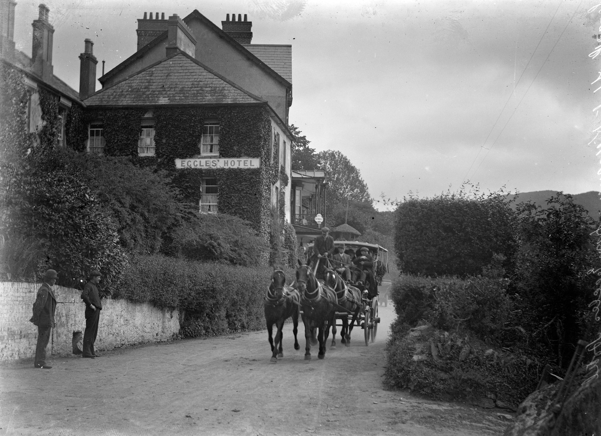 filehorse drawing carriage leaving from the eccles hotel glengarriff co cork