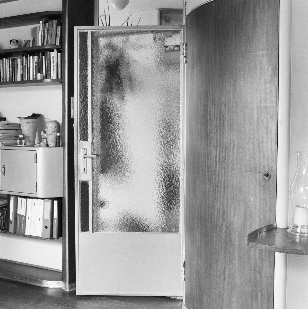 Bestand:Interieur, deur met metalen kozijn van de hal naar de ...