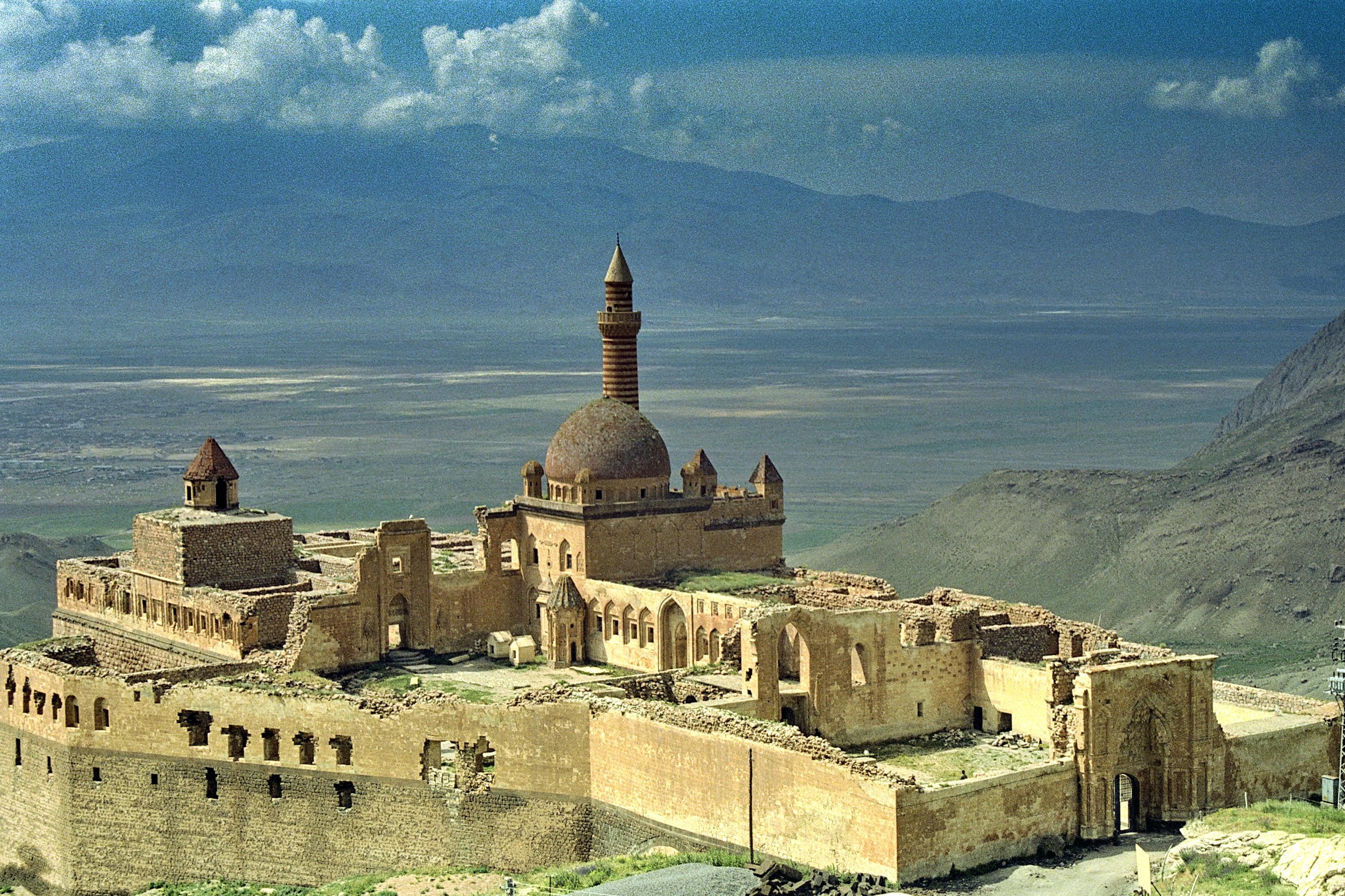 File:Ishak Pasha Palace 001.jpg - Wikimedia Commons