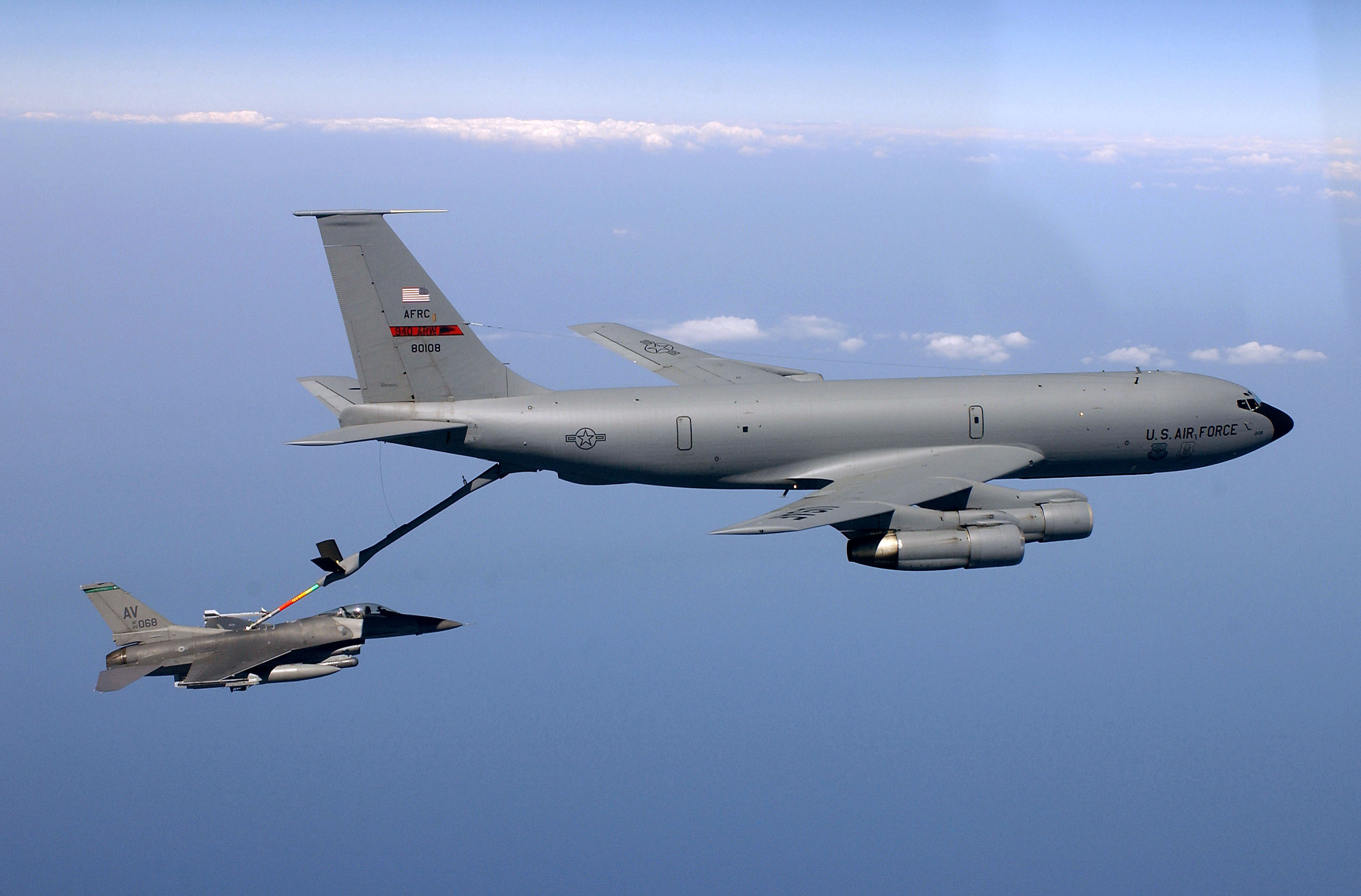 https://upload.wikimedia.org/wikipedia/commons/f/f5/KC135_refueling.jpg