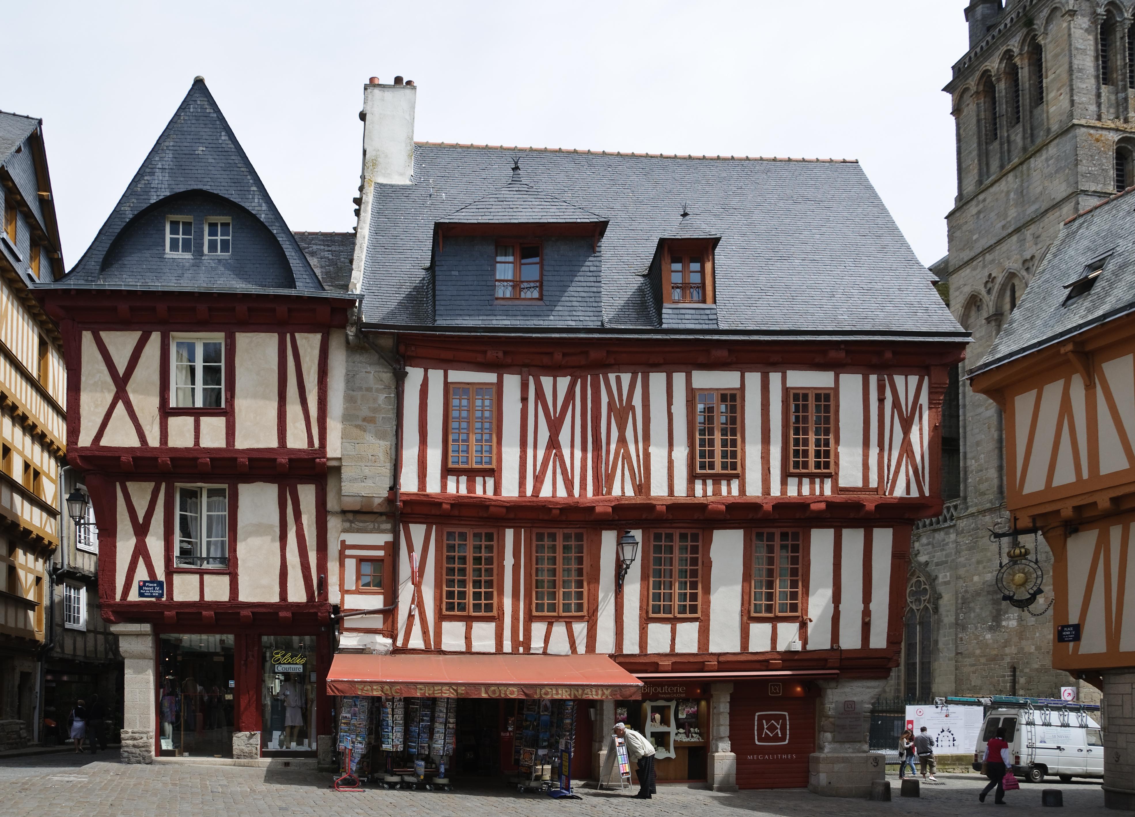 File maisons colombages place henri iv wikimedia commons - Maison de la bibliotheque ...