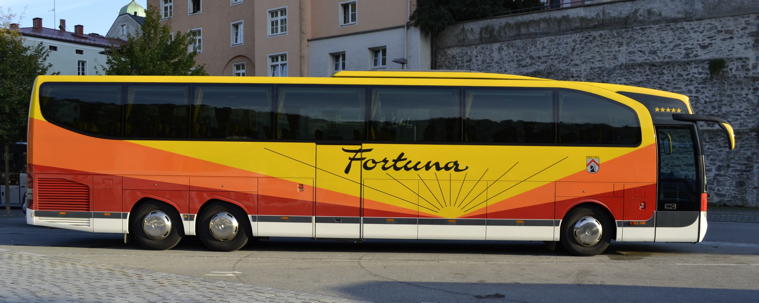 Image gallery 2011 mercedes benz buses for Mercedes benz coach bus price