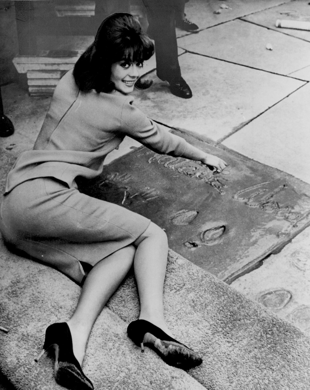 File:Natalie Wood Grauman's imprint ceremony 1961.jpg