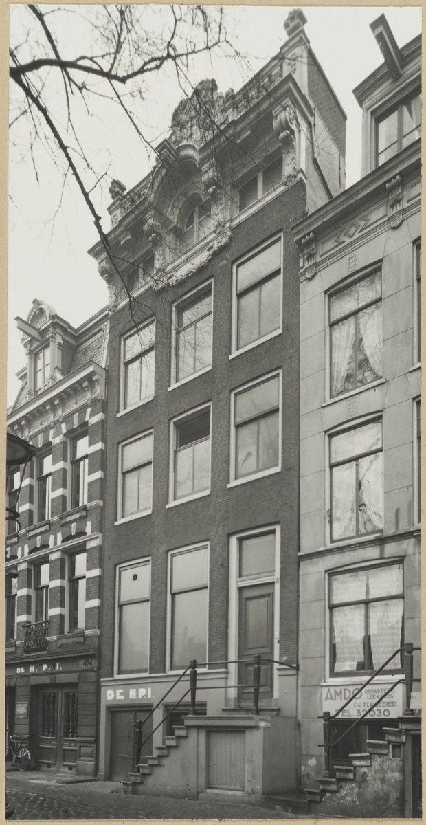 Huis met gevel onder verhoogde lijst en gebeeldhouwde attiek in amsterdam monument - Huis gevel ...