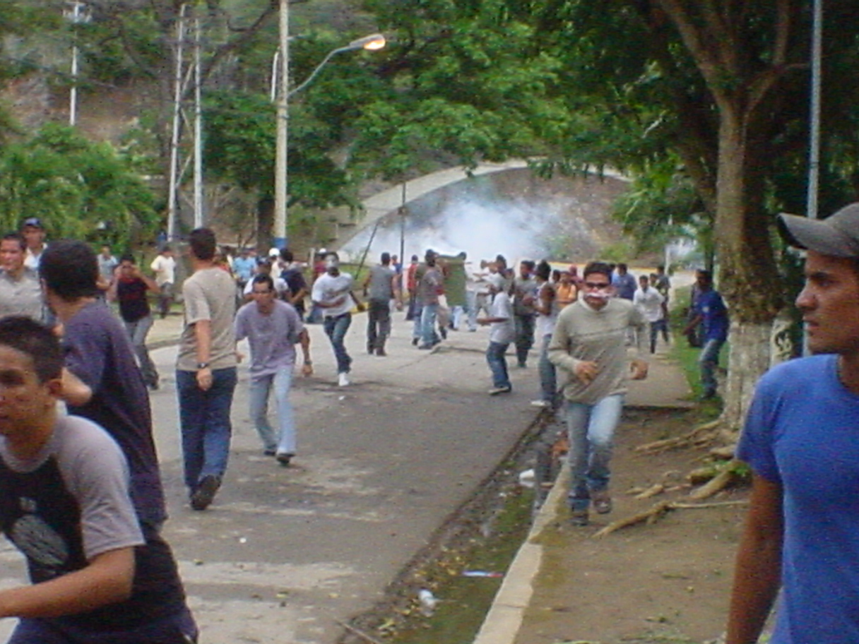 https://upload.wikimedia.org/wikipedia/commons/f/f5/Protestas_en_la_Universidad_de_Oriente_N%C3%BAcleo_Nueva_Esparta_1.jpg