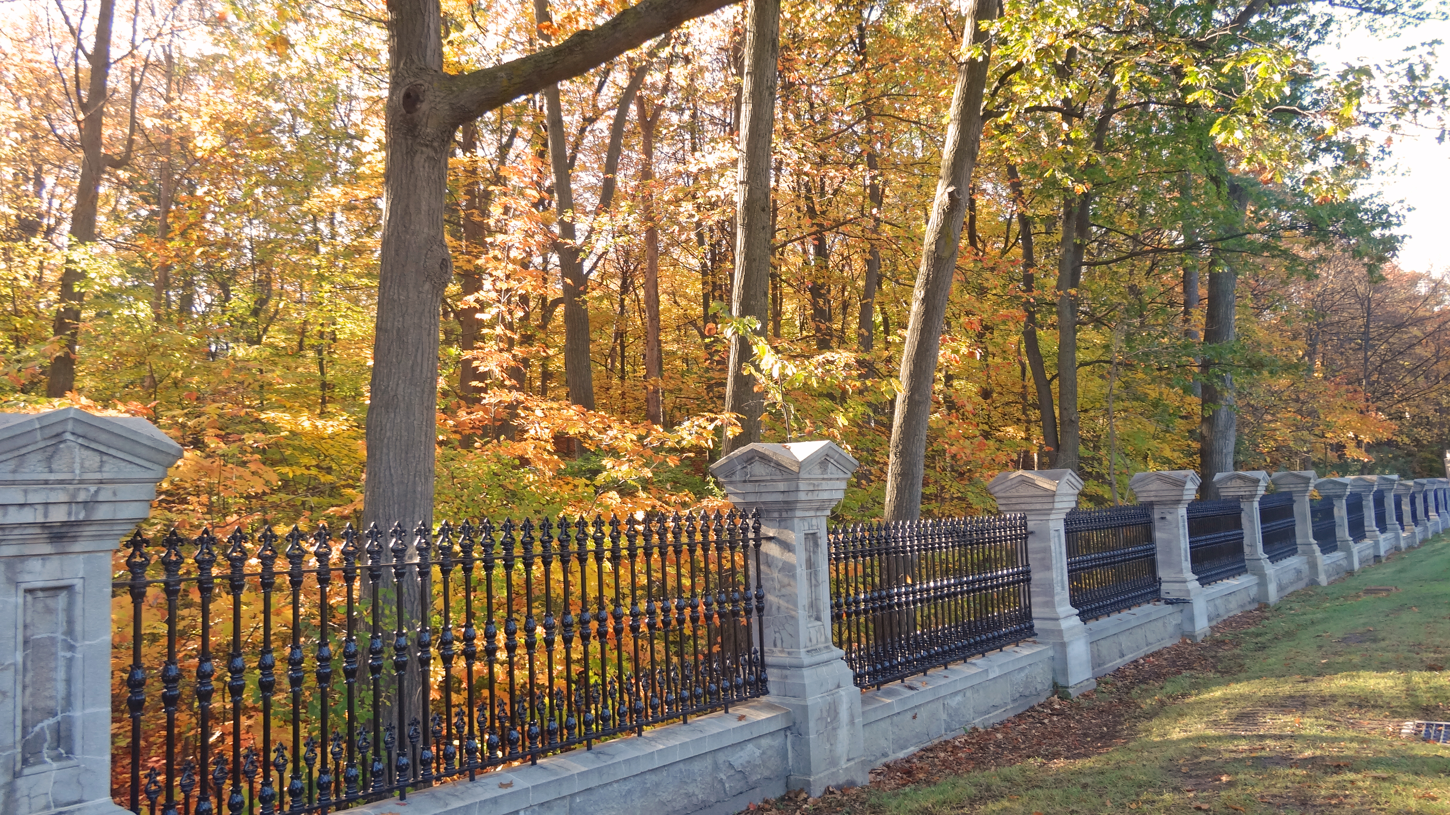 File:Rideau Hall fences in autumn.jpg - Wikimedia Commons