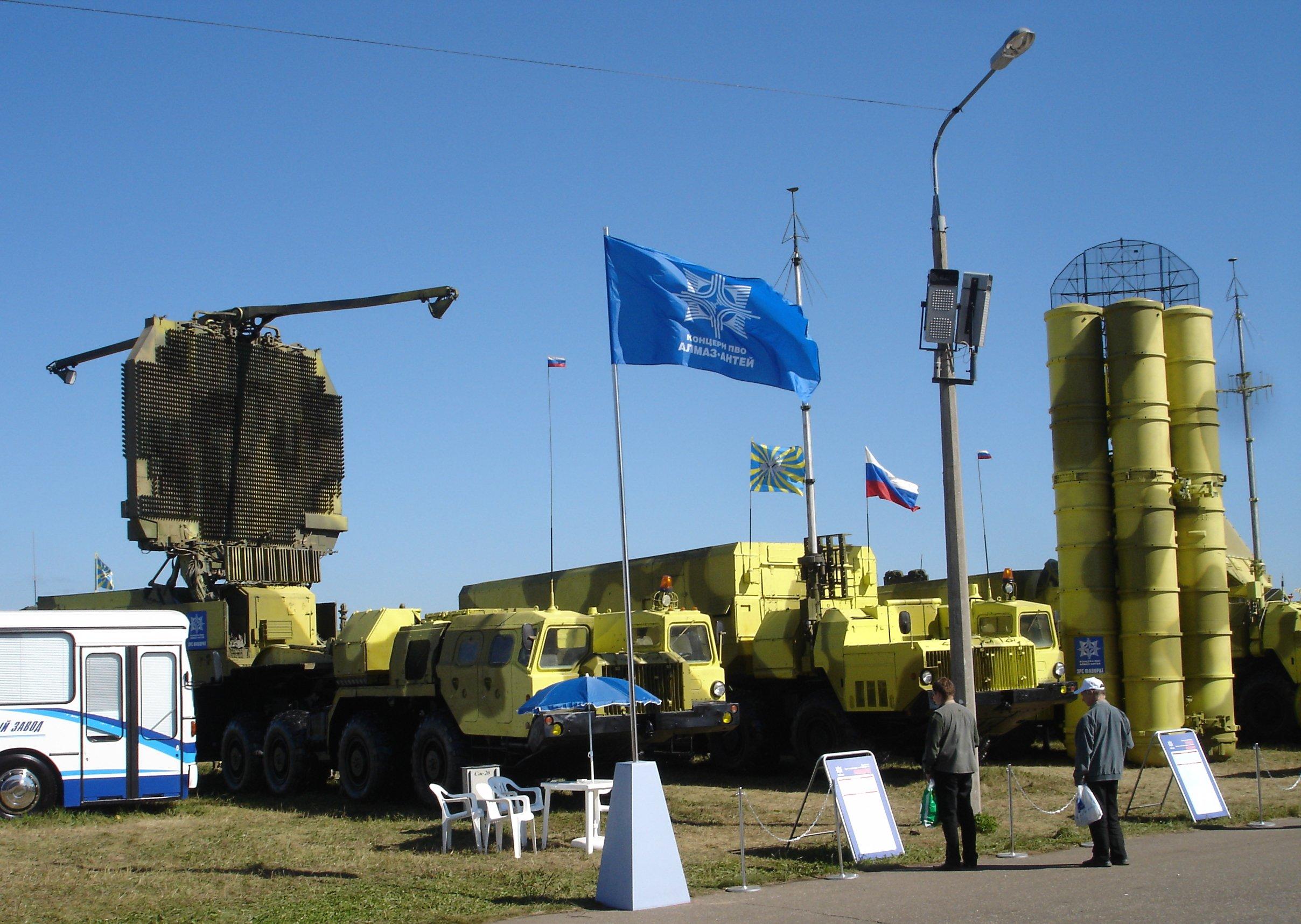 تسليم 8 مقاتلات Su-30 و بطاريتين S-300 للجزائر في 2012 S-300PMU2_complex
