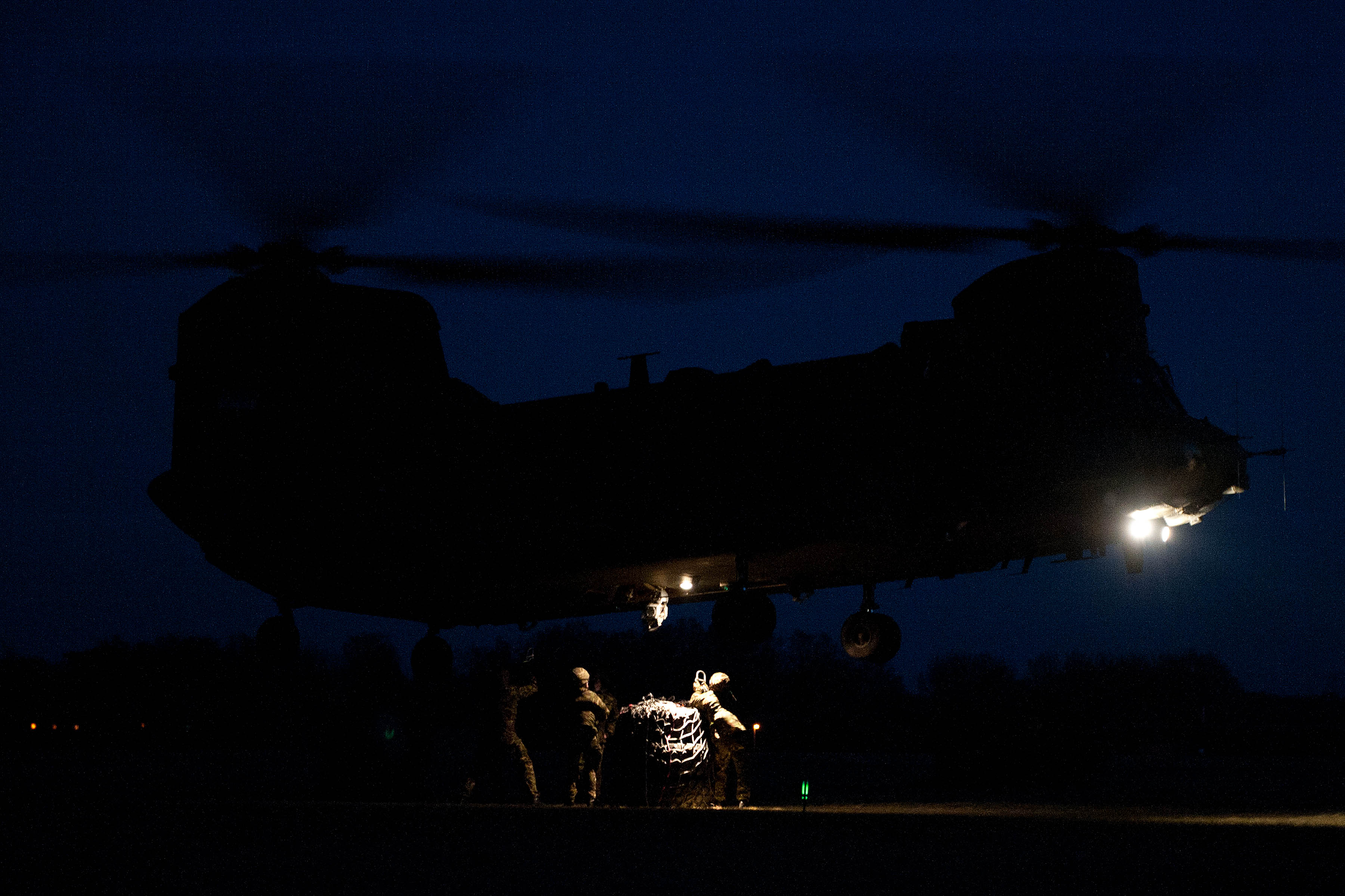 shnook helicopter with File Soldiers Attaching Cargo To Chinook Helicopter At Night Mod 45155094 on File Dutch Chinook furthermore 6819591023 as well File Sikorsky CH 54A Tarhe  S 64A   USA   Army AN0803366 also Sikorsky Mh 53e Sea Dragon as well OD AC028.