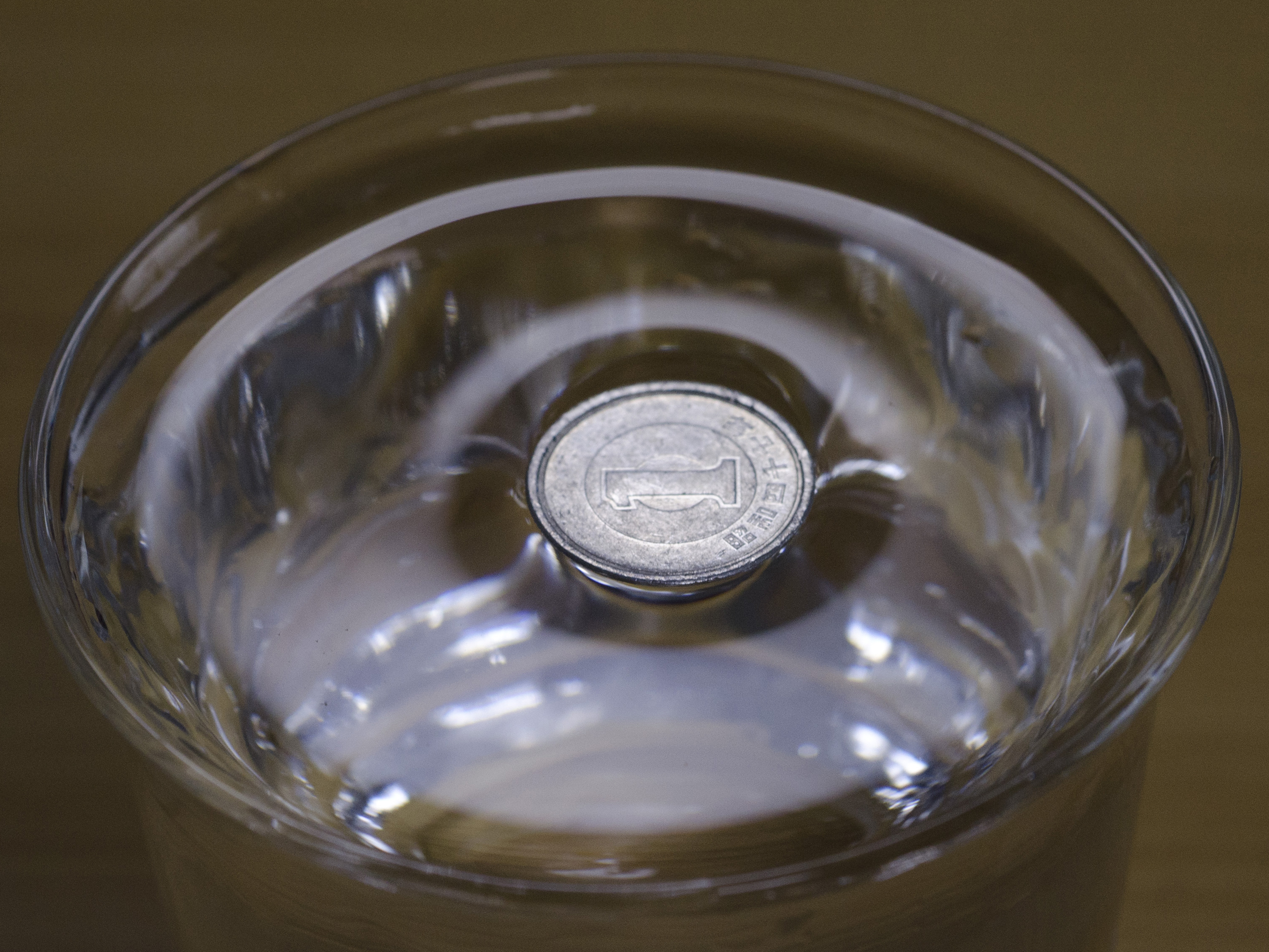 File:Surface tension - Japanese 1 Yen alminium coin on water.jpg ...