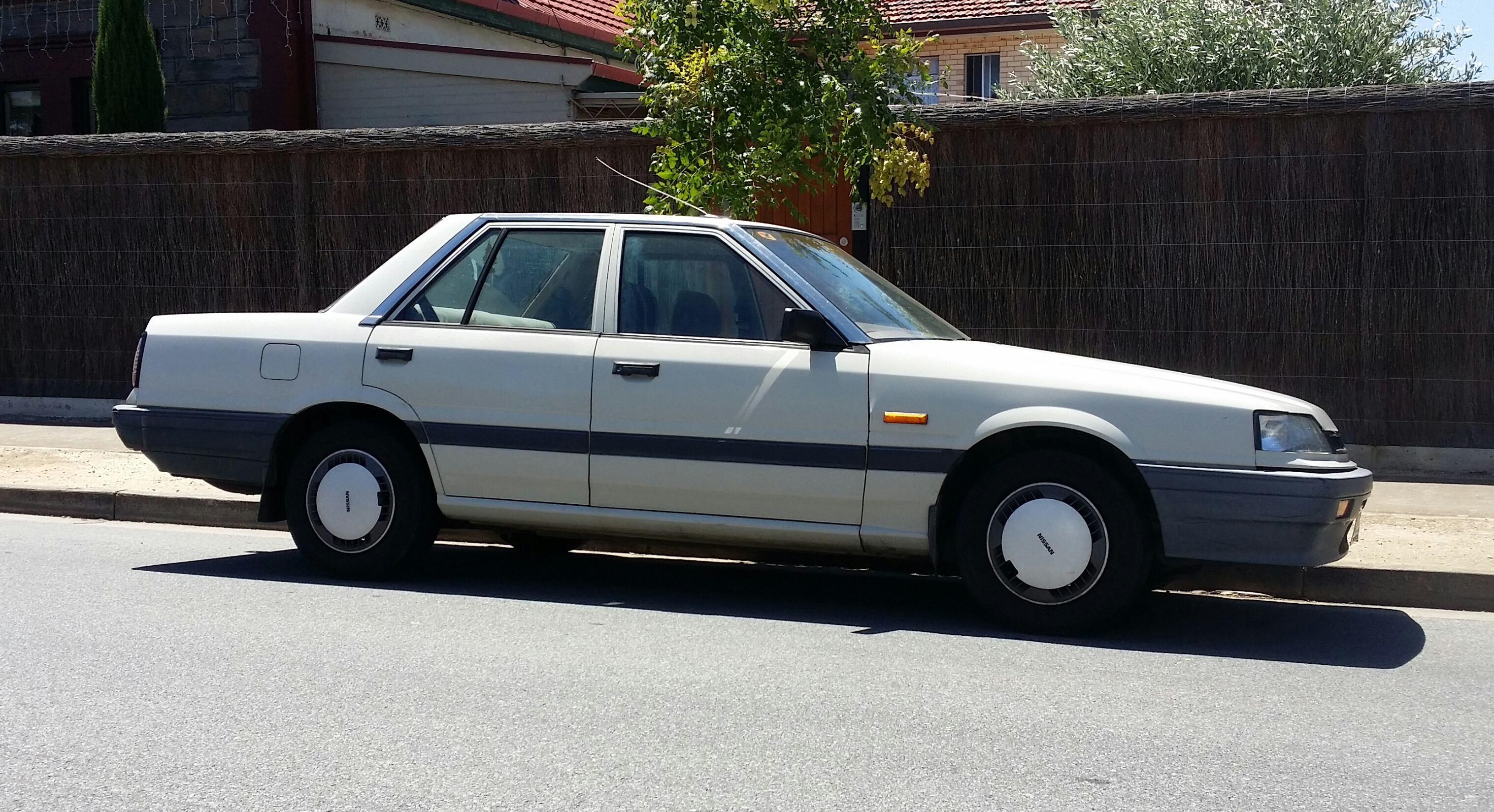 File Nissan Skyline Executive Sedan