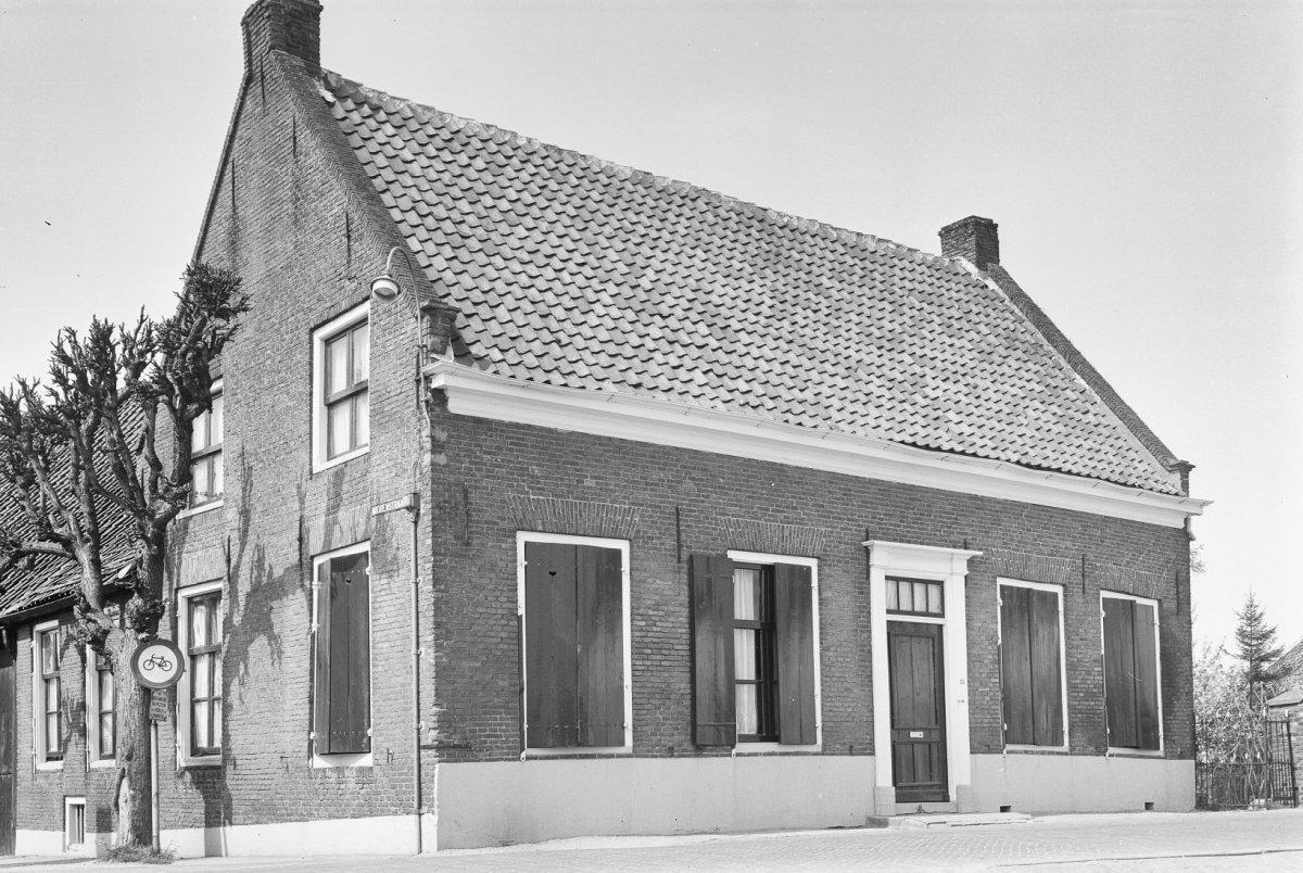 Boerderij t huis met woongedeelte onder zadeldak tussen puntgevels in beesd monument - Tussen huis ...