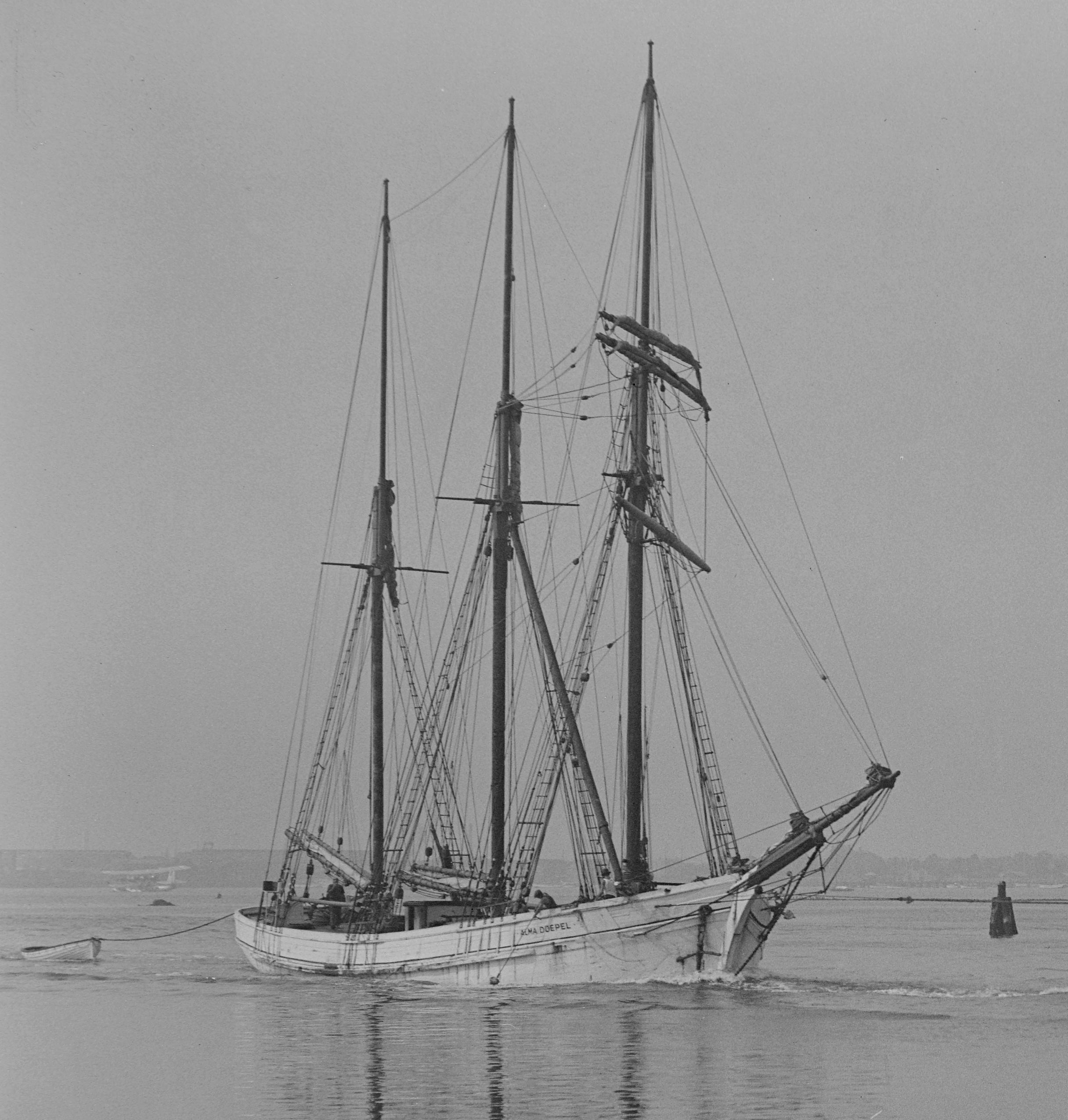 Alma_Doepel_(ship,_1903)_%26_Sprightly_(tug)_-_SLV_H91.108-3125_b.jpg