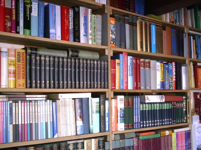 File:Bücherwand.JPG