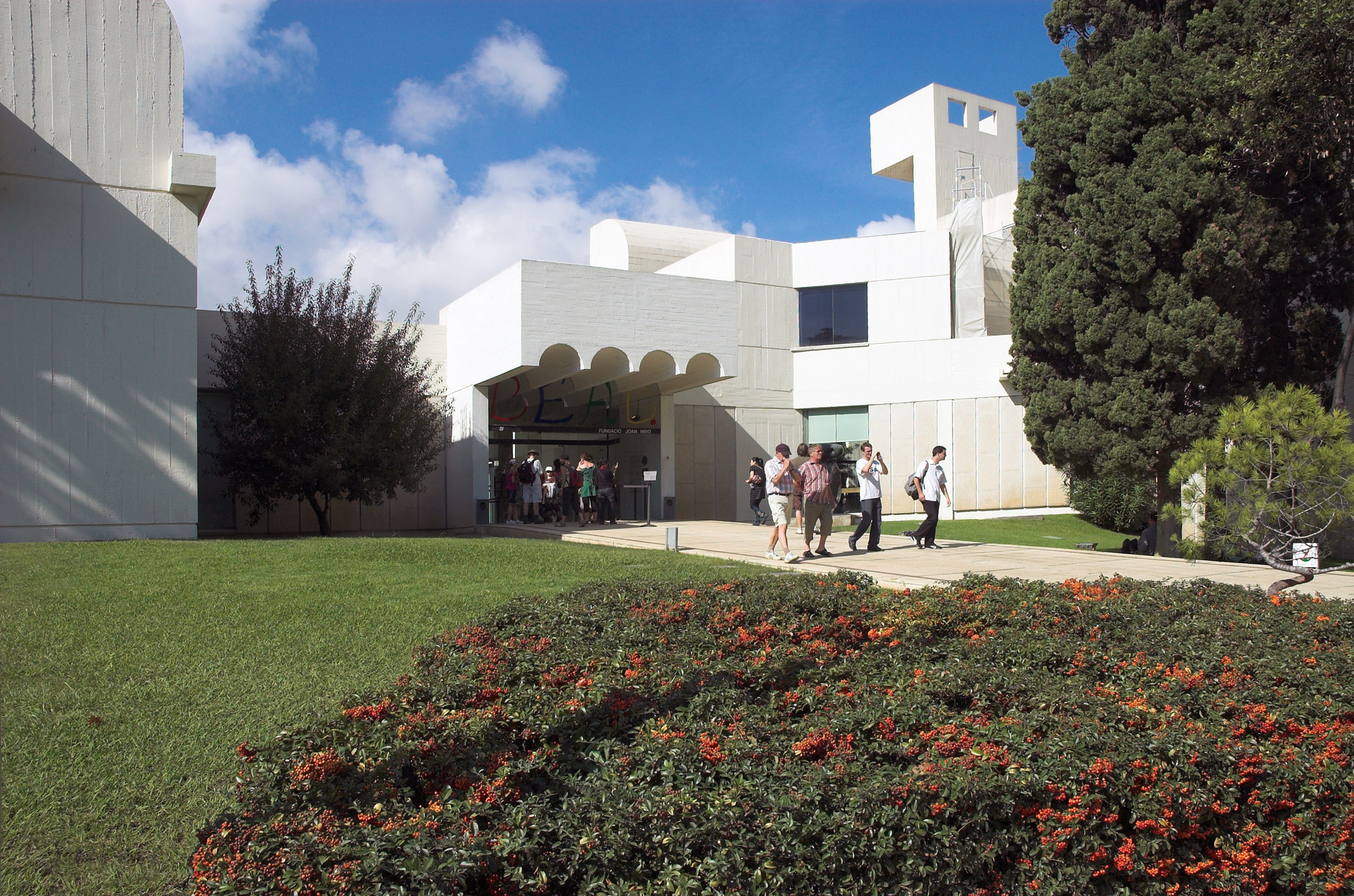 http://upload.wikimedia.org/wikipedia/commons/f/f6/Fundacion-miro.jpg