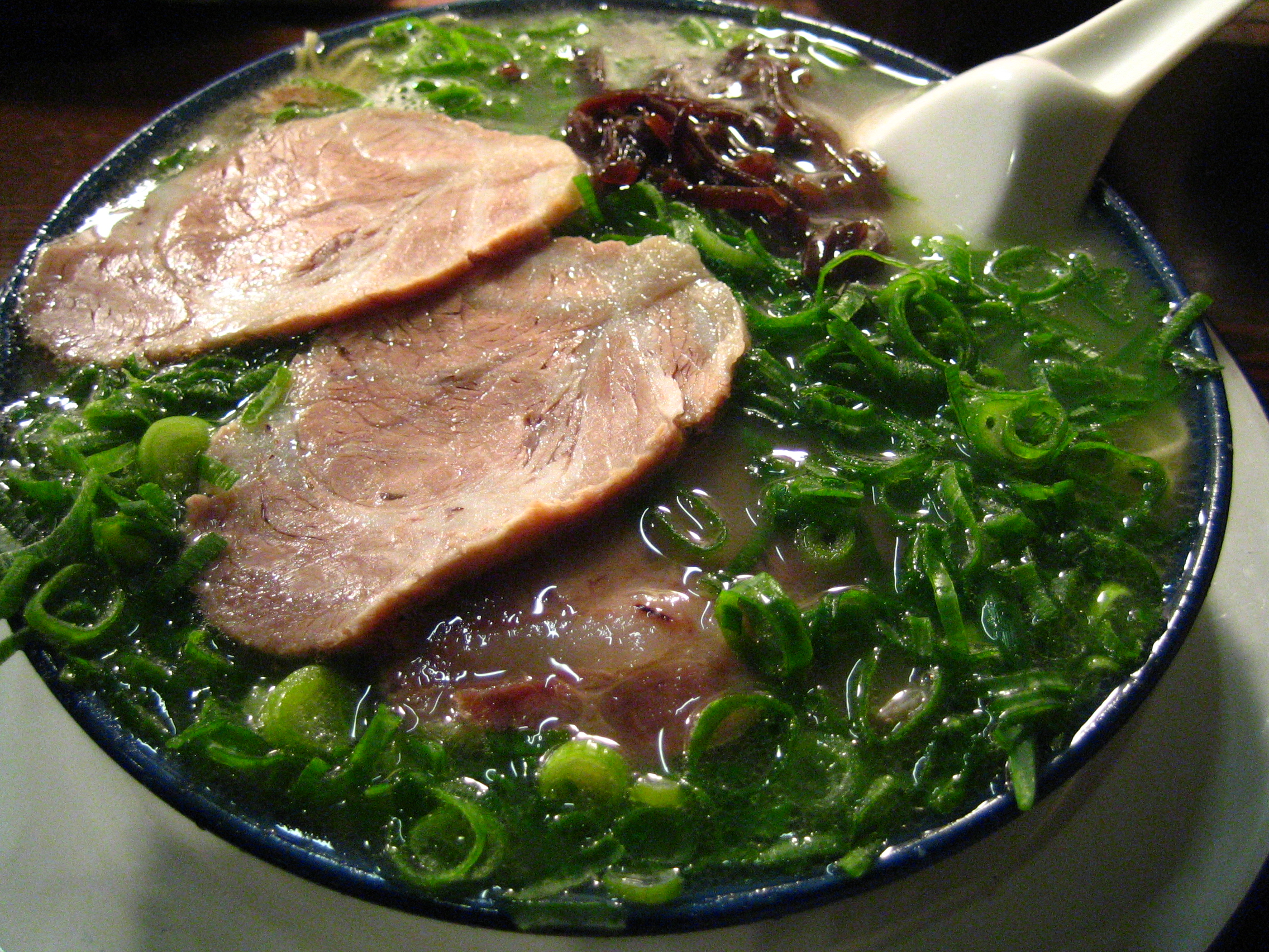 File:Hakata ramen with green onion by ayustety in Tokyo.jpg - Wikimedia Commons