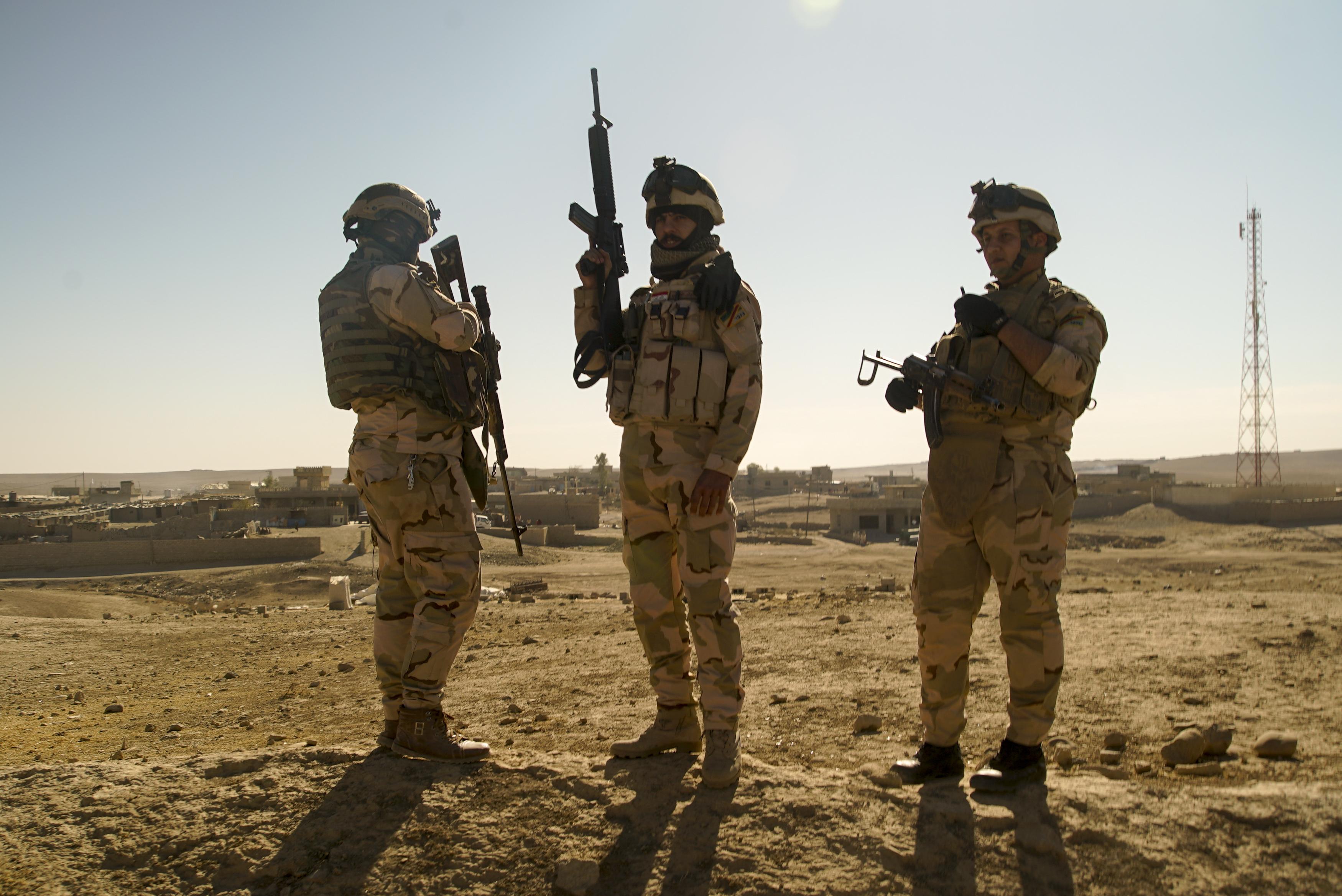 https://upload.wikimedia.org/wikipedia/commons/f/f6/Iraqi_Army_soldiers._South_of_Mosul%2C_Northern_Iraq%2C_Western_Asia._23_November%2C_2016.jpg