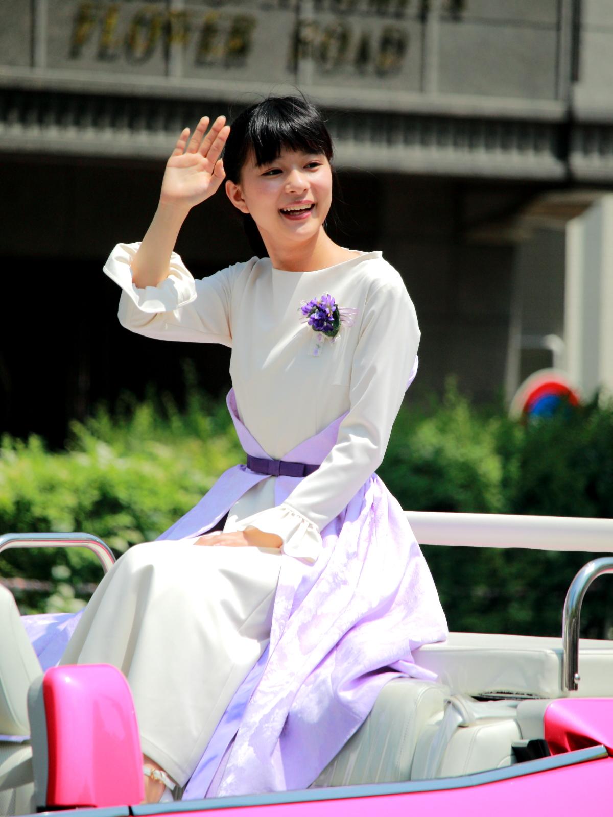 沿道の観客に手を振る芳根京子
