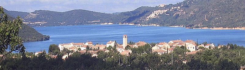 Le lac de Sainte-Croix et le village des Salles-sur-Verdon