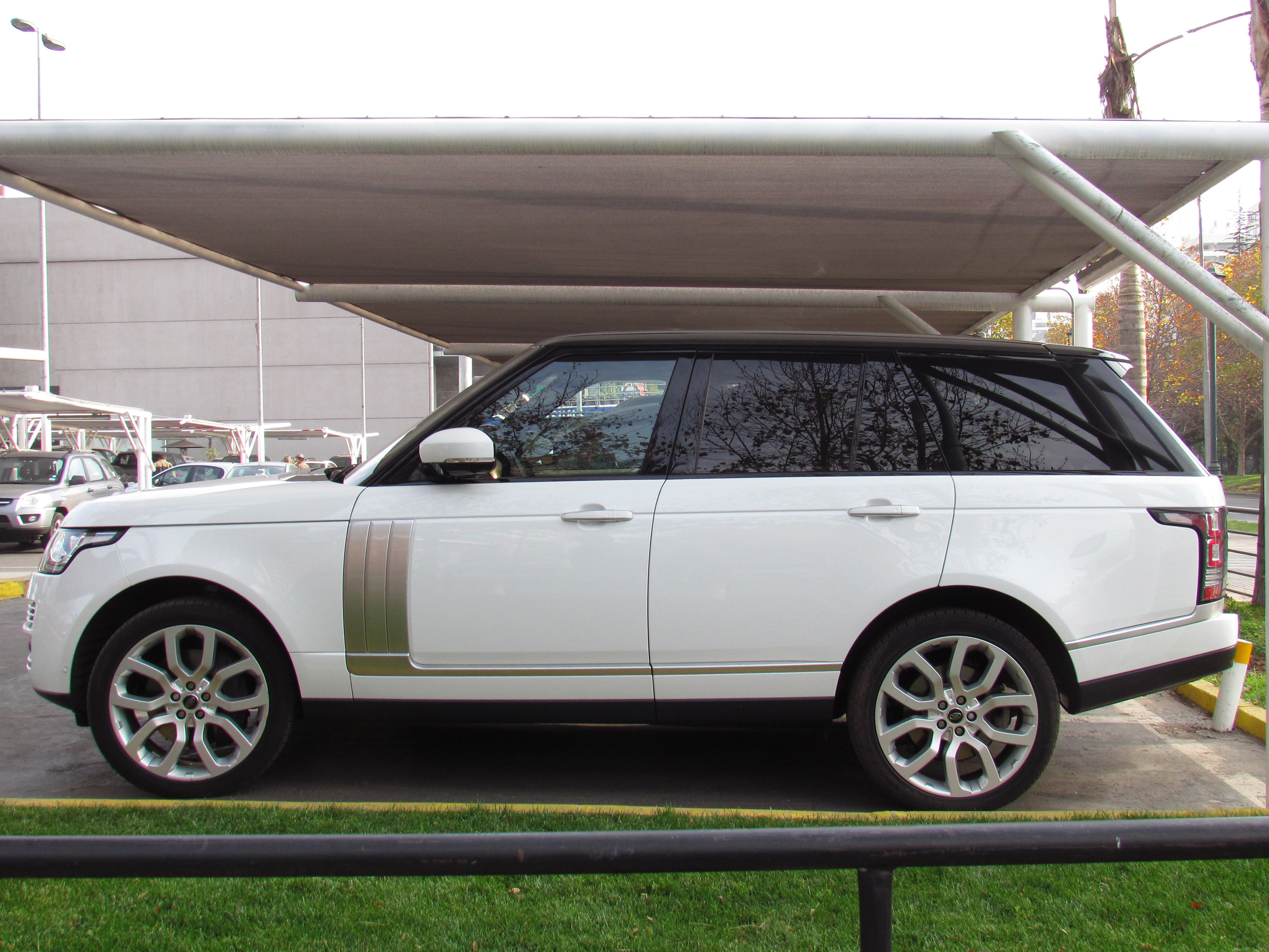 Range Rover Black >> File:Land Rover Range Rover Vogue SE Supercharged 2014 (14483875392).jpg - Wikimedia Commons