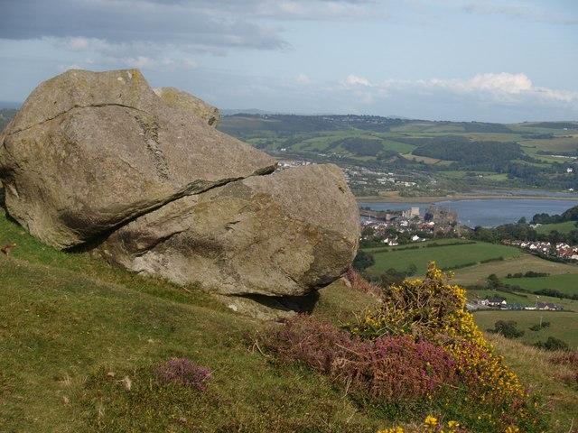 Maen wedi ei hollti - A split boulder - geograph.org.uk - 1458571